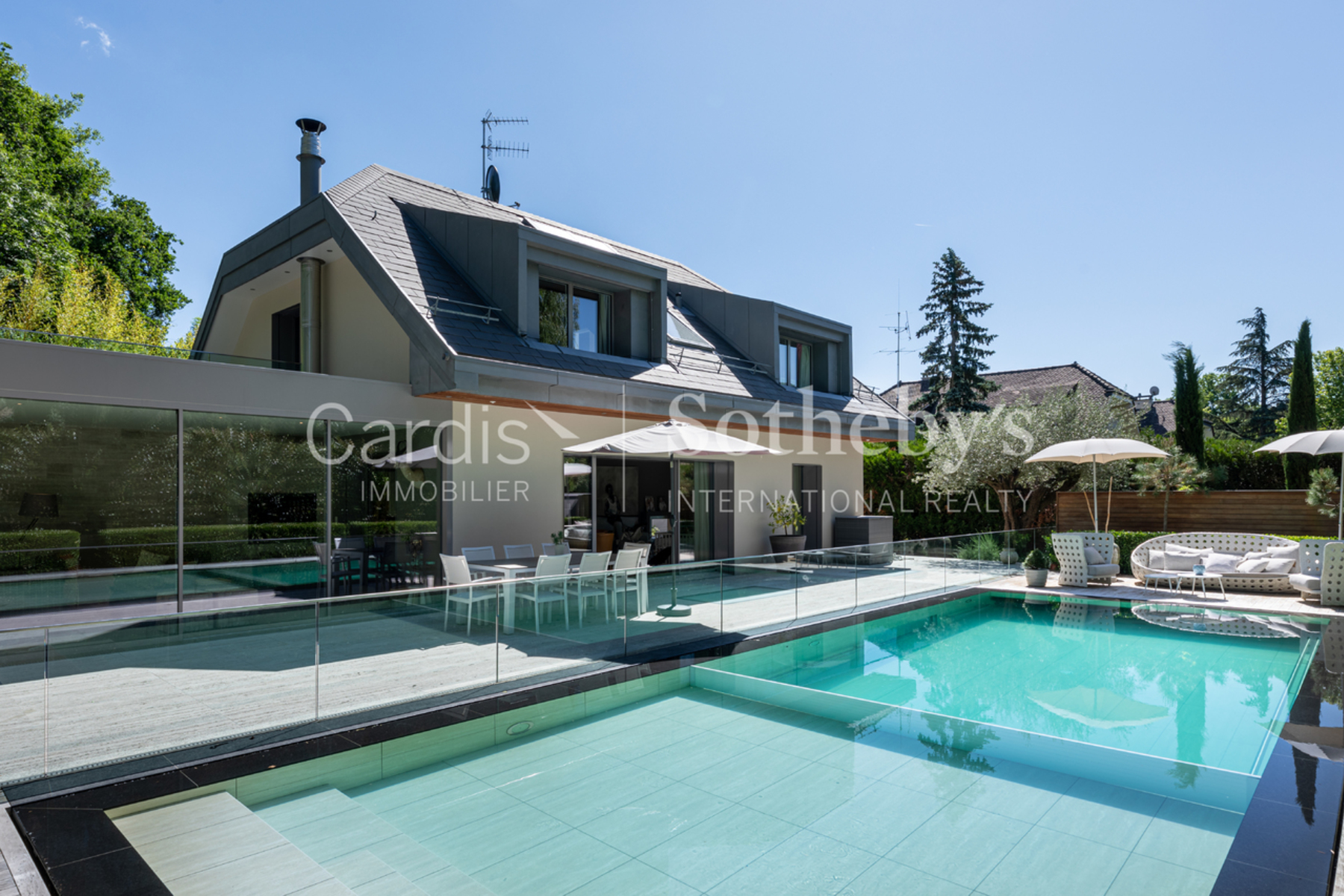 Single Family Homes 为 销售 在 Magnificent individual villa with swimming pool Chêne-Bougeries Chene-Bougeries, 日内瓦 1224 瑞士