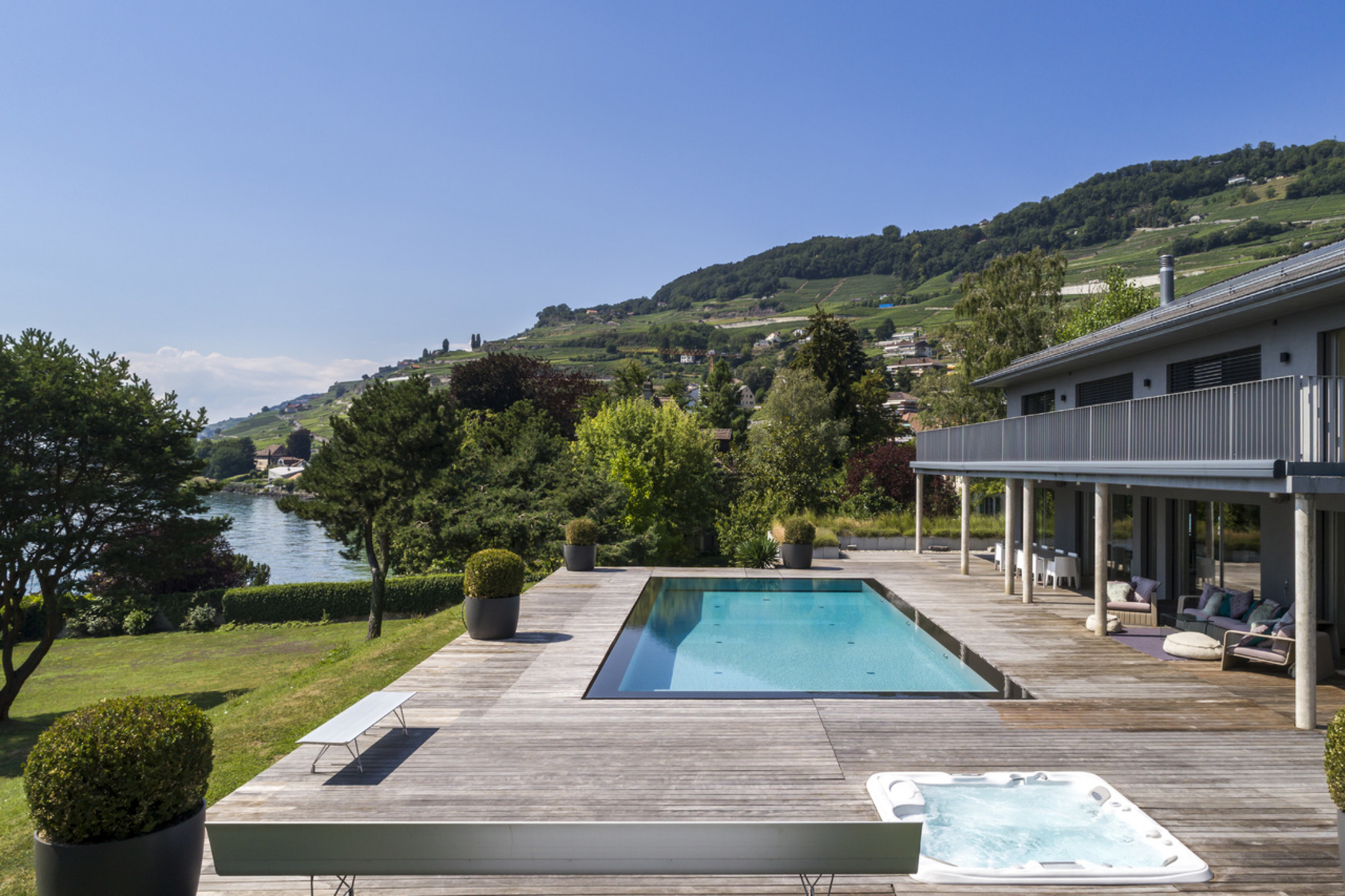 Single Family Homes por un Venta en Luxury property in exclusive lakefront location Corseaux Corseaux, Vaud 1802 Suiza