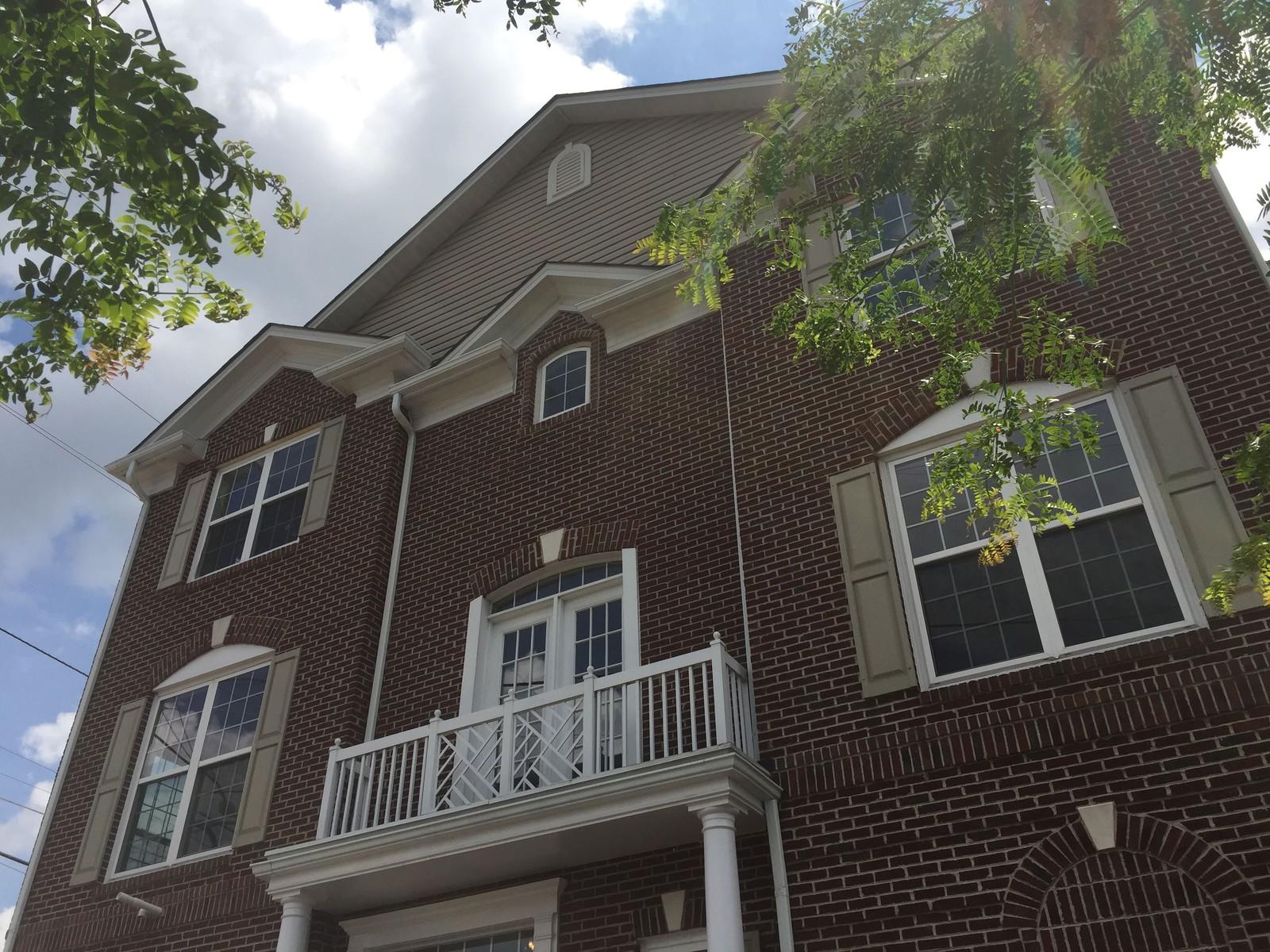 Maison accolée pour l Vente à 2516 Blueridge Avenue E, Wheaton Wheaton, Maryland 20902 États-Unis