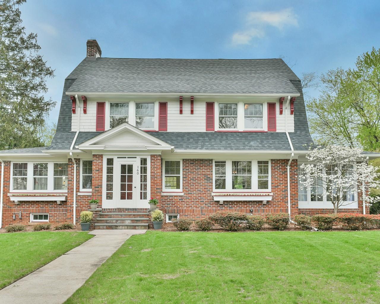 Maison unifamiliale pour l Vente à Classic Glen Ridge Colonial 160 Linden Avenue Glen Ridge, New Jersey 07028 États-Unis