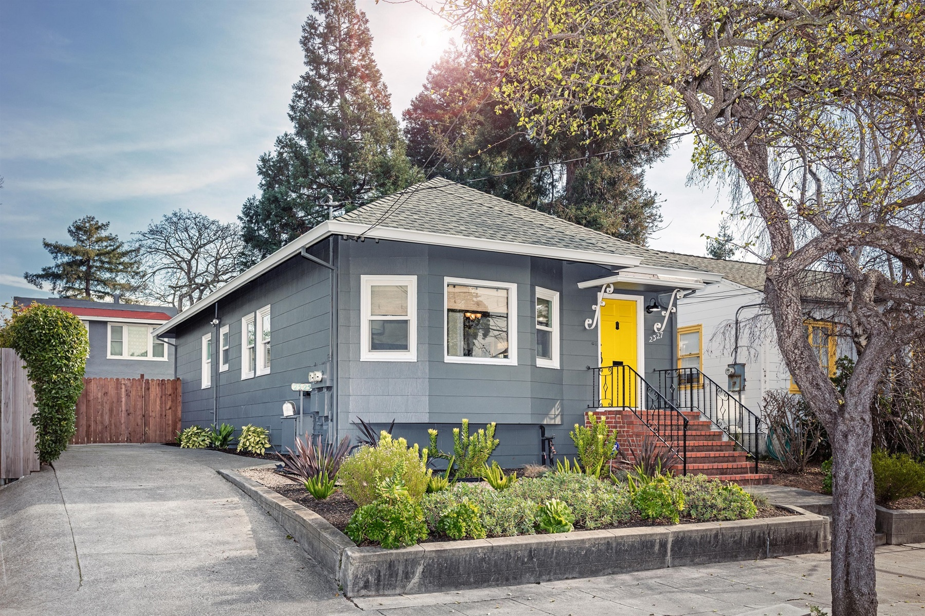 дуплекс для того Продажа на Golden Duplex Opportunity In Berkeley 2327 Curtis Street Berkeley, Калифорния 94702 Соединенные Штаты