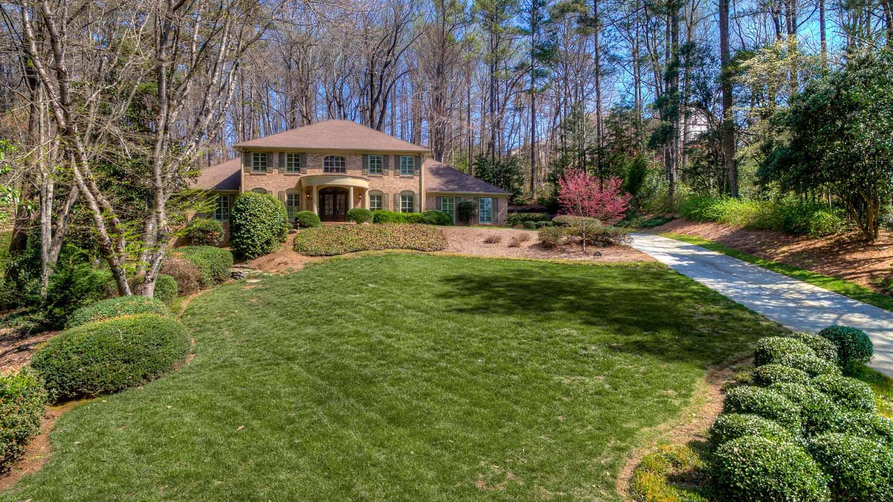 Casa para uma família para Venda às Beautiful Traditional Home On Cul-De-Sac 135 Trail Point Sandy Springs, Geórgia, 30350 Estados Unidos