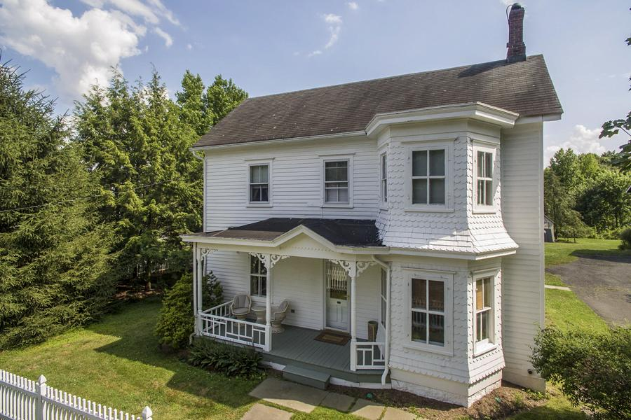 Частный односемейный дом для того Продажа на A Piece Of History In The Borough 21 Louellen Street Hopewell, Нью-Джерси 08525 Соединенные Штаты