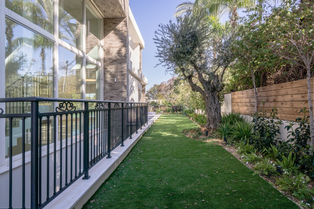 Additional photo for property listing at Exquisite villa in Kfar Shmaryahu Israel