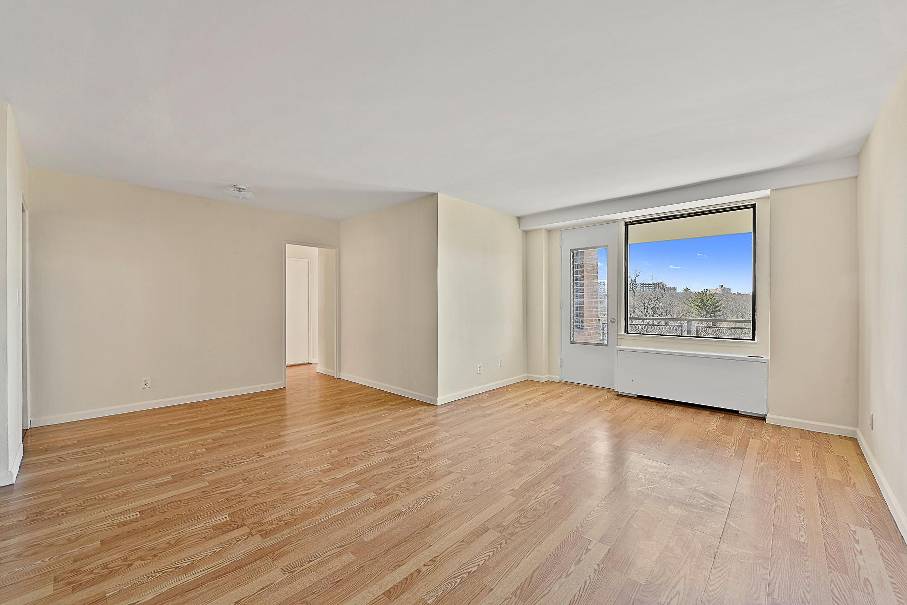 Mietervereinswohnung für Verkauf beim Mint Move-in Ready Renovated 3 BR with Terrace 4901 Henry Hudson Parkway 7J Riverdale, New York, 10471 Vereinigte Staaten