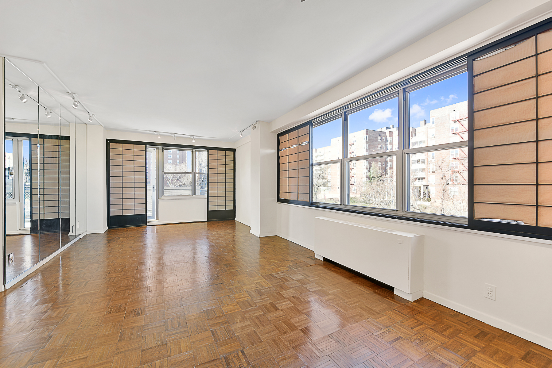 Cooperativa por un Venta en Corner Layout Large 3 BR with Terrace in Doorman Co-op 555 Kappock Street 5E Riverdale, Nueva York, 10463 Estados Unidos