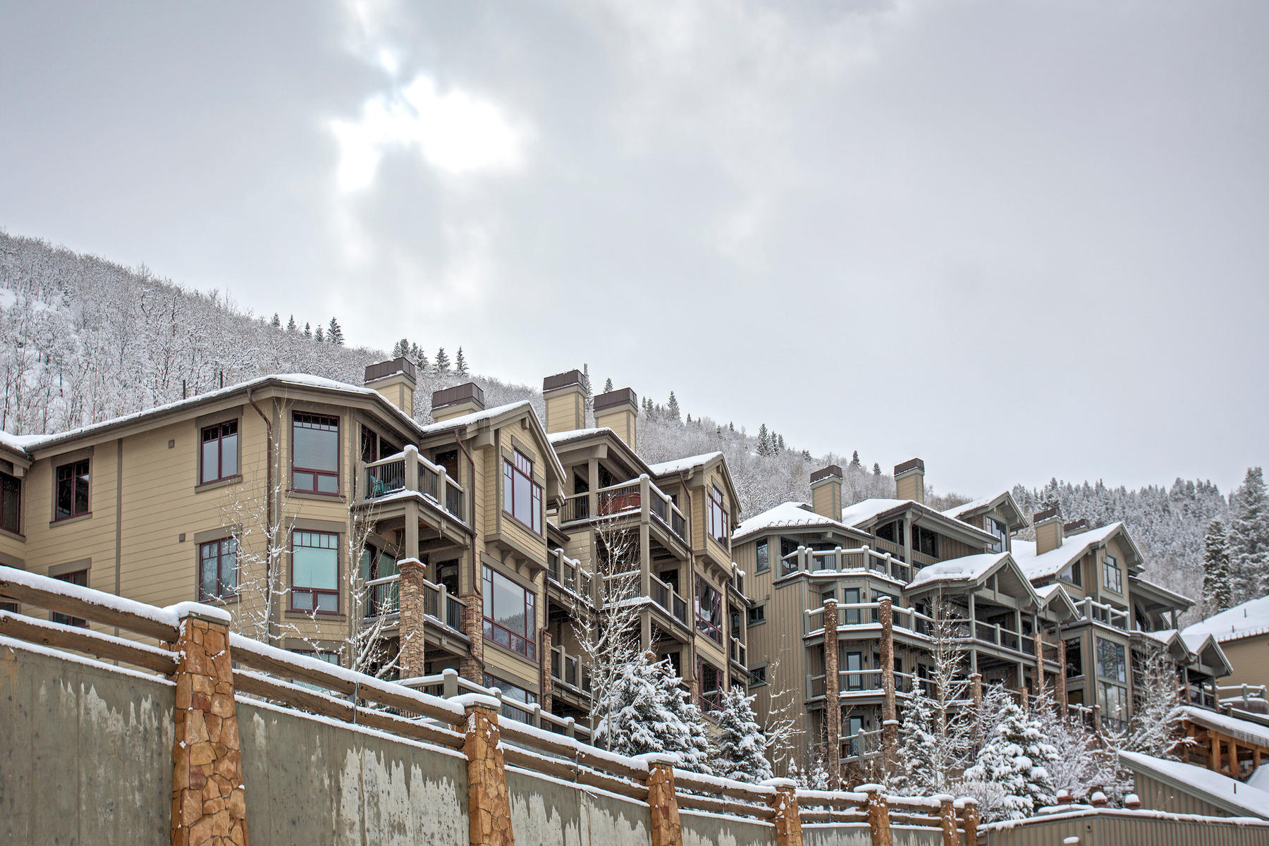 Appartement en copropriété pour l Vente à Fully Renovated Three Bedroom Black Diamond Lodge 2280 E Deer Valley Drive #221 Park City, Utah, 84060 États-Unis