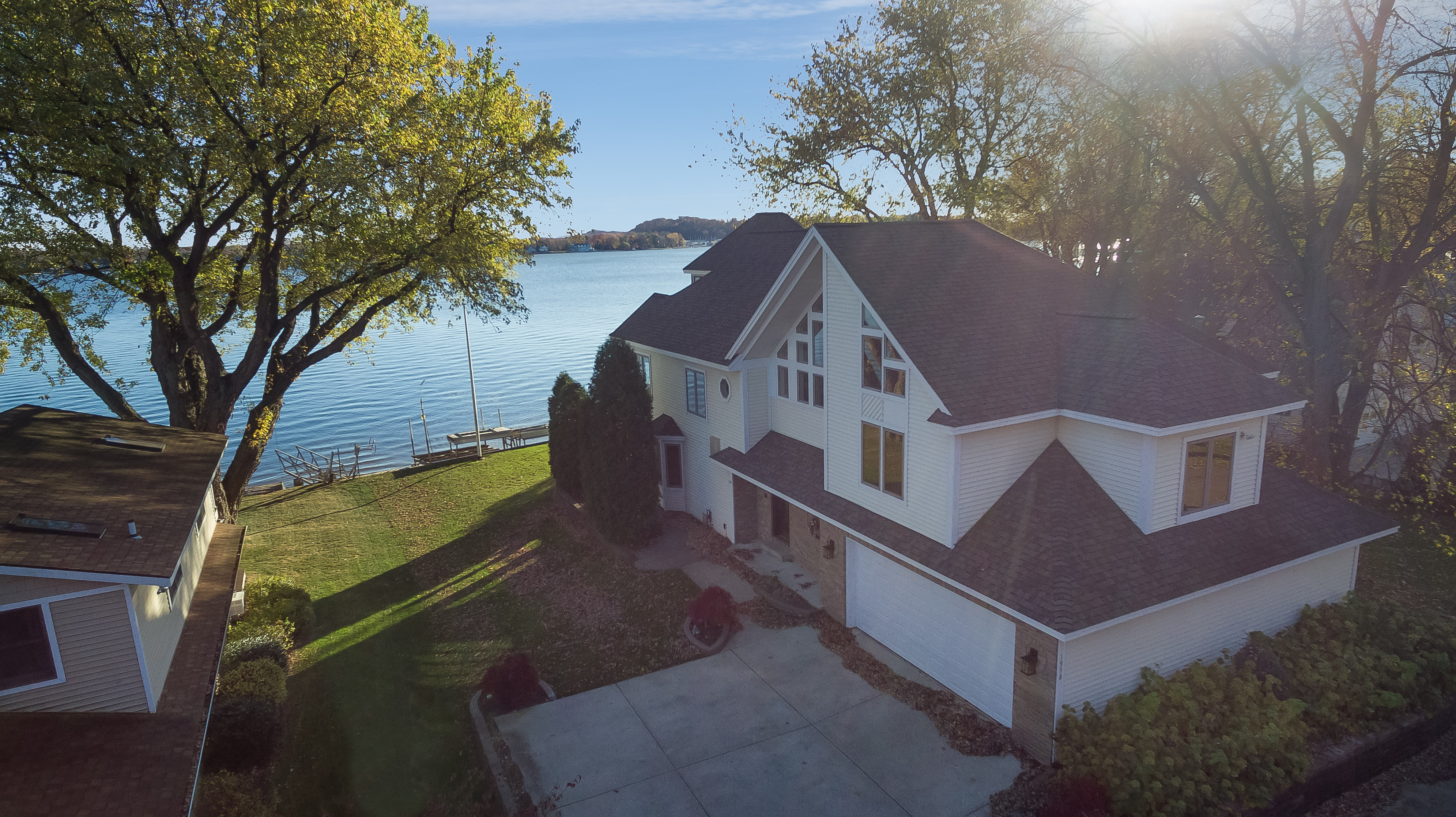 独户住宅 为 销售 在 Custom Home Built With Spectacular Views Of Lake Macatawa 1998 Lake Street 霍德兰, 密歇根州, 49424 美国