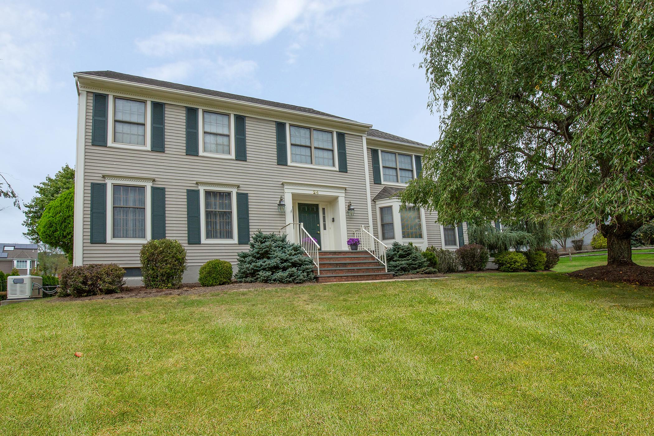 Maison unifamiliale pour l Vente à Stately Colonial 24 Weaver Drive Bridgewater, New Jersey 08807 États-Unis