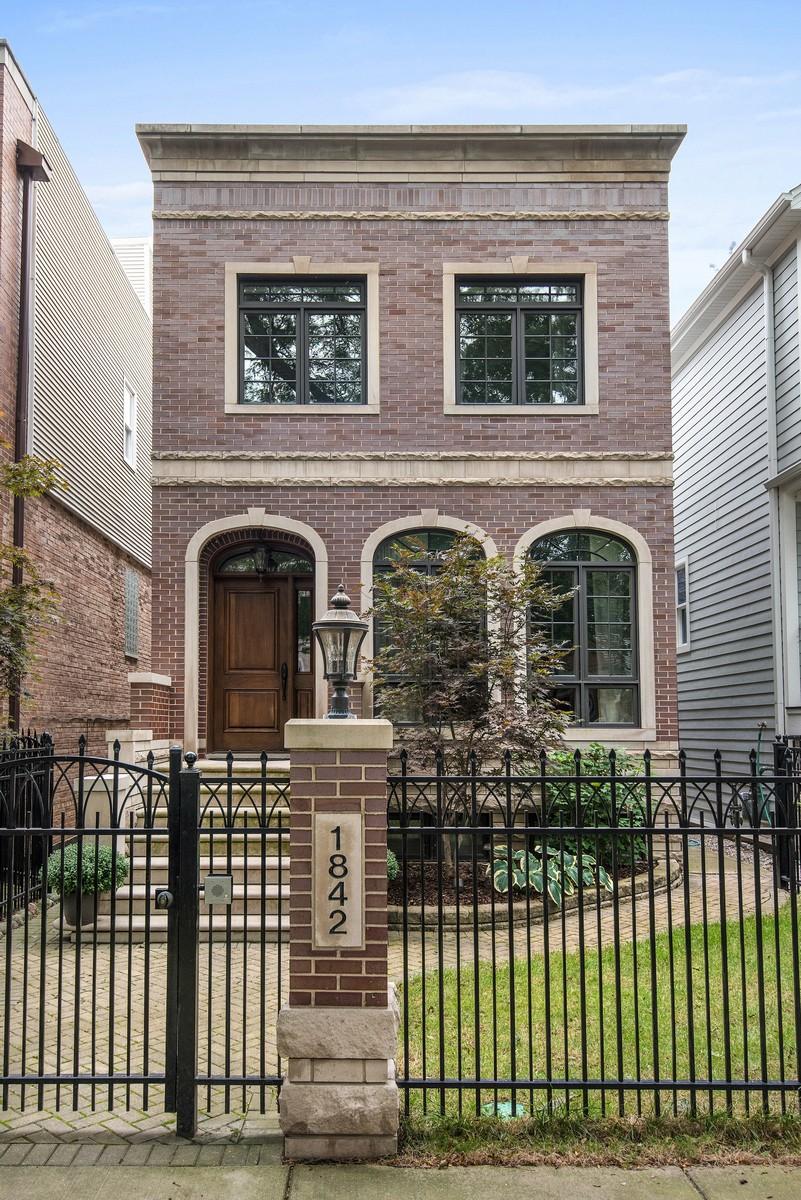 Einfamilienhaus für Verkauf beim Magnificent Masonry Home 1842 W Nelson Street North Center, Chicago, Illinois, 60657 Vereinigte Staaten