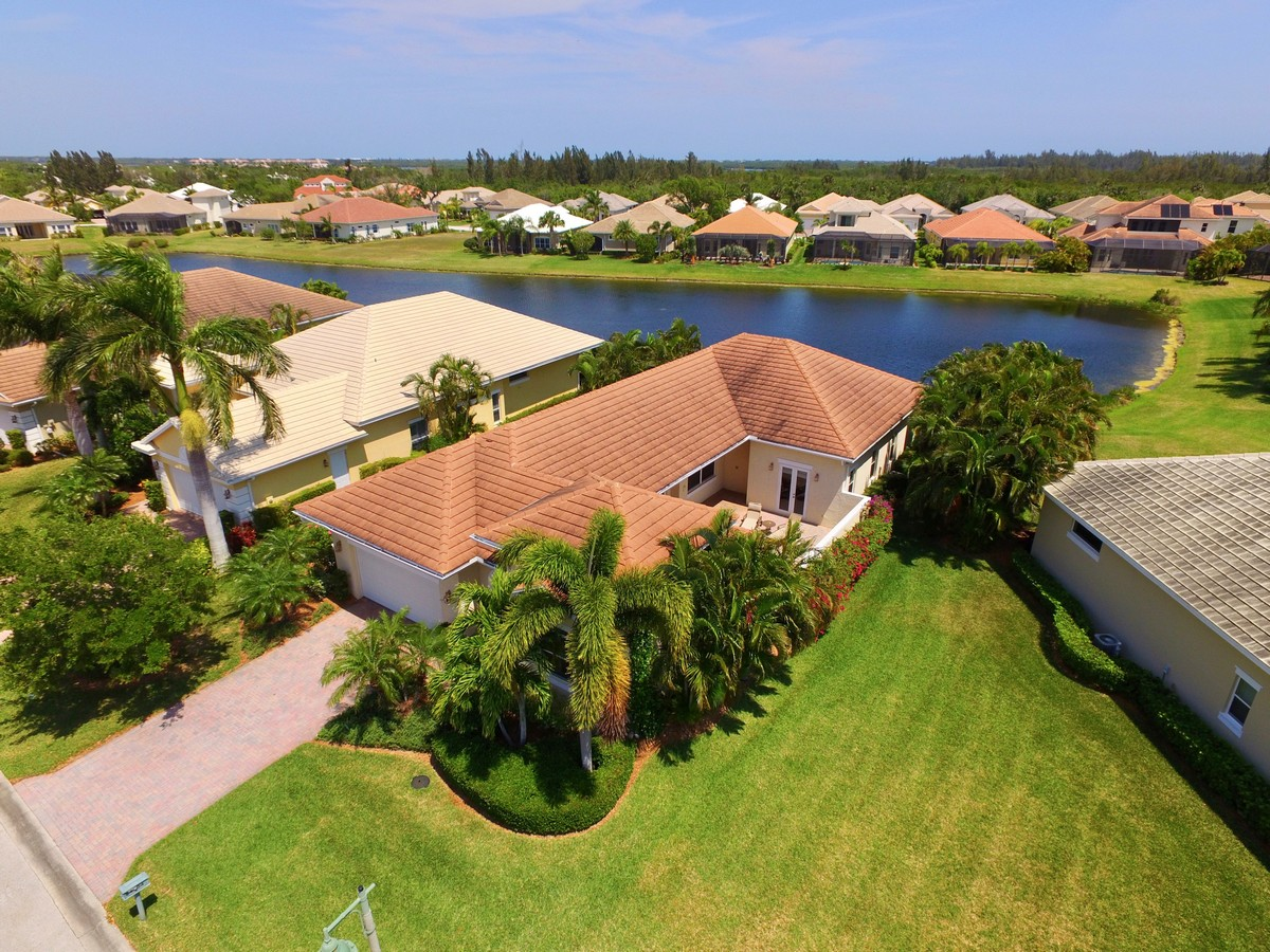 Casa Unifamiliar por un Venta en Courtyard Home with Detached Cabana in Riverwind! 4304 Summer Breeze Terrace Vero Beach, Florida, 32967 Estados Unidos