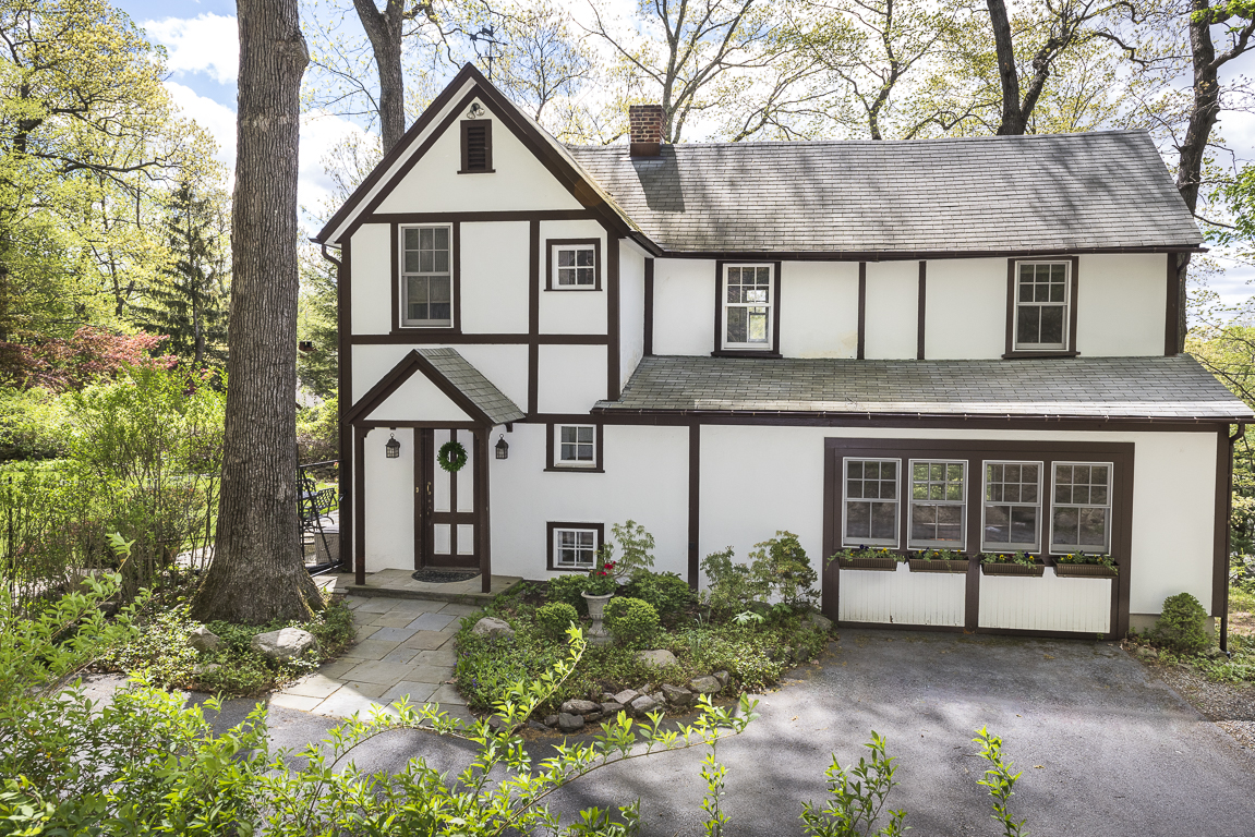 Villa per Vendita alle ore English Cottage 2 Stable Road Tuxedo Park, New York, 10987 Stati Uniti