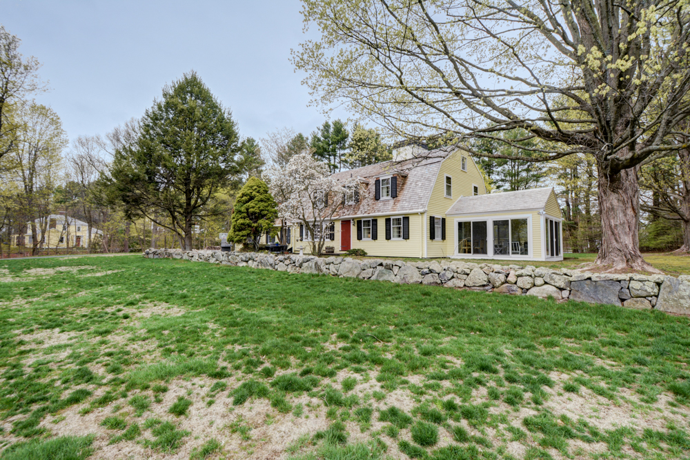 Casa para uma família para Venda às Stunning Royal Barry Wills home sited perfectly on over 2 acres with views of ov 79 Old Sudbury Rd Wayland, Massachusetts, 01778 Estados Unidos