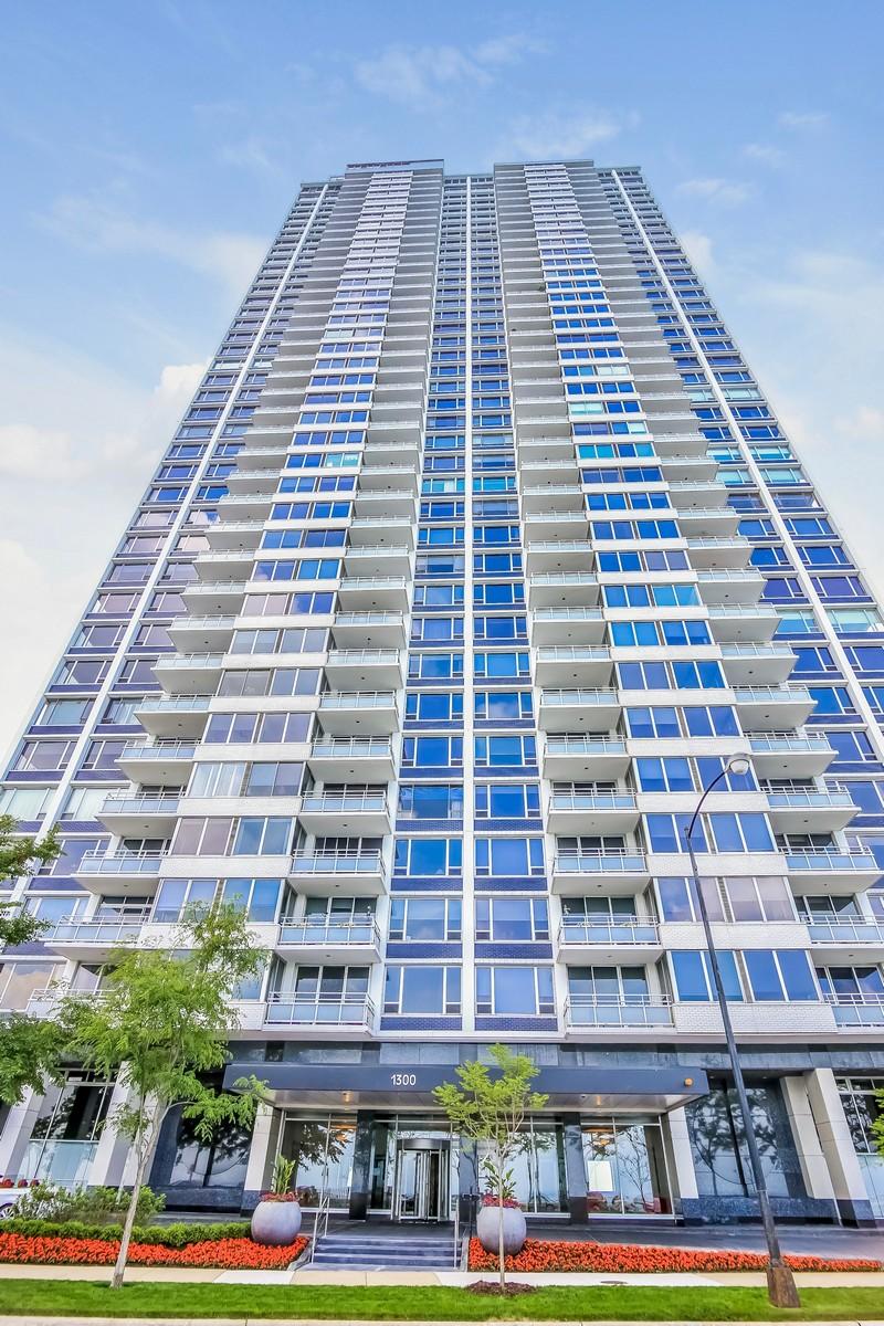 Copropriété pour l Vente à Wonderfully Bright Lakefront Apartment 1300 N Lake Shore Drive #5B Chicago, Illinois, 60610 États-Unis