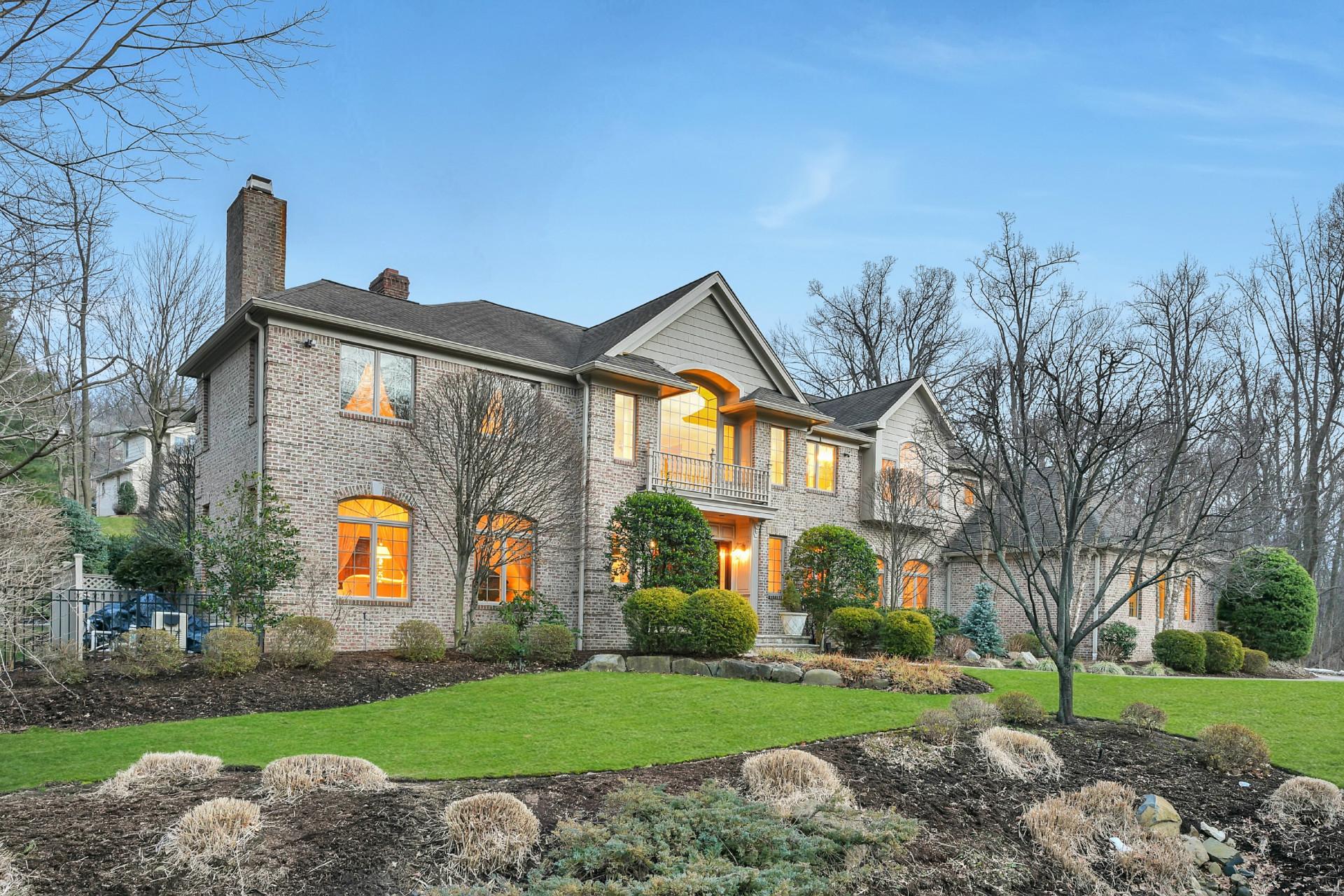 Maison unifamiliale pour l Vente à Timeless & Classic 5 Millers Xing Tenafly, New Jersey 07670 États-Unis