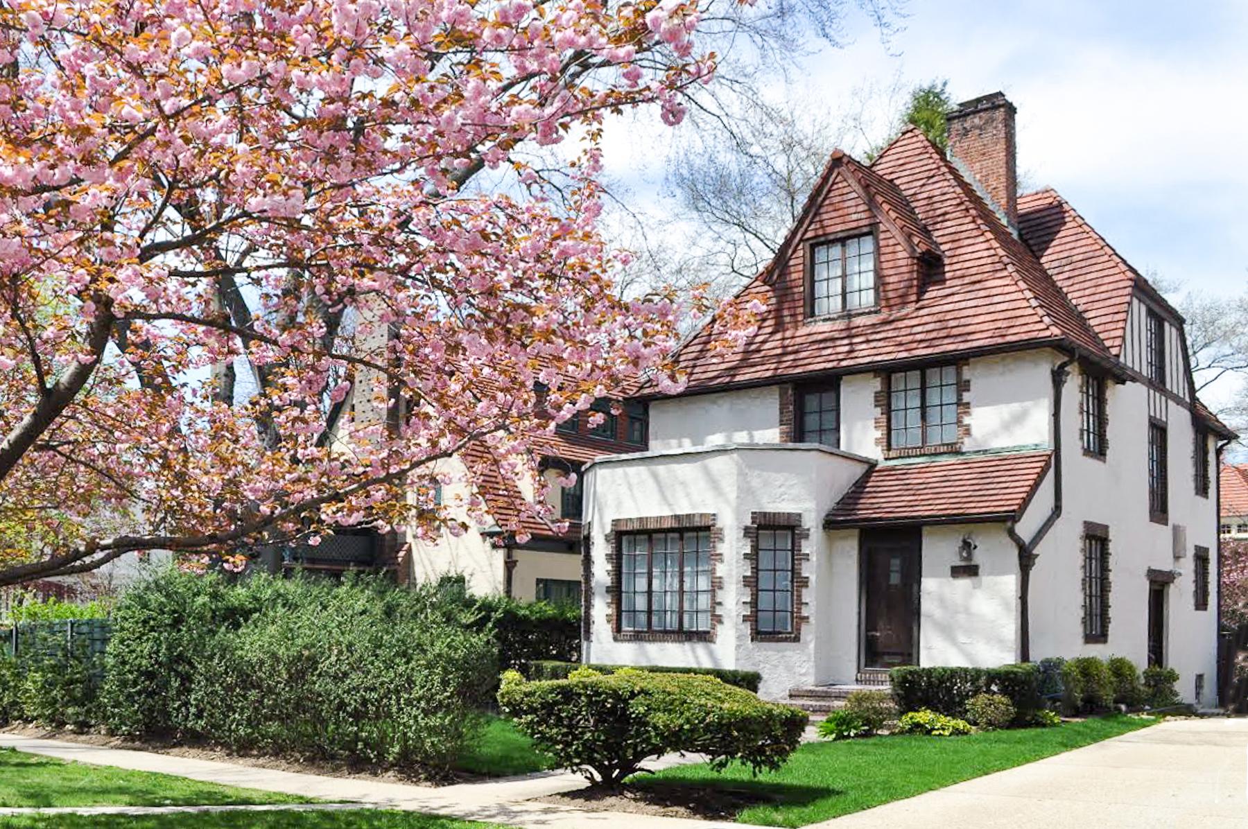 "独户住宅 为 销售 在 ""WELCOME HOME"" 115-07 Union Turnpike, Forest Hills Gardens, 森林山, 纽约州 11375 美国"