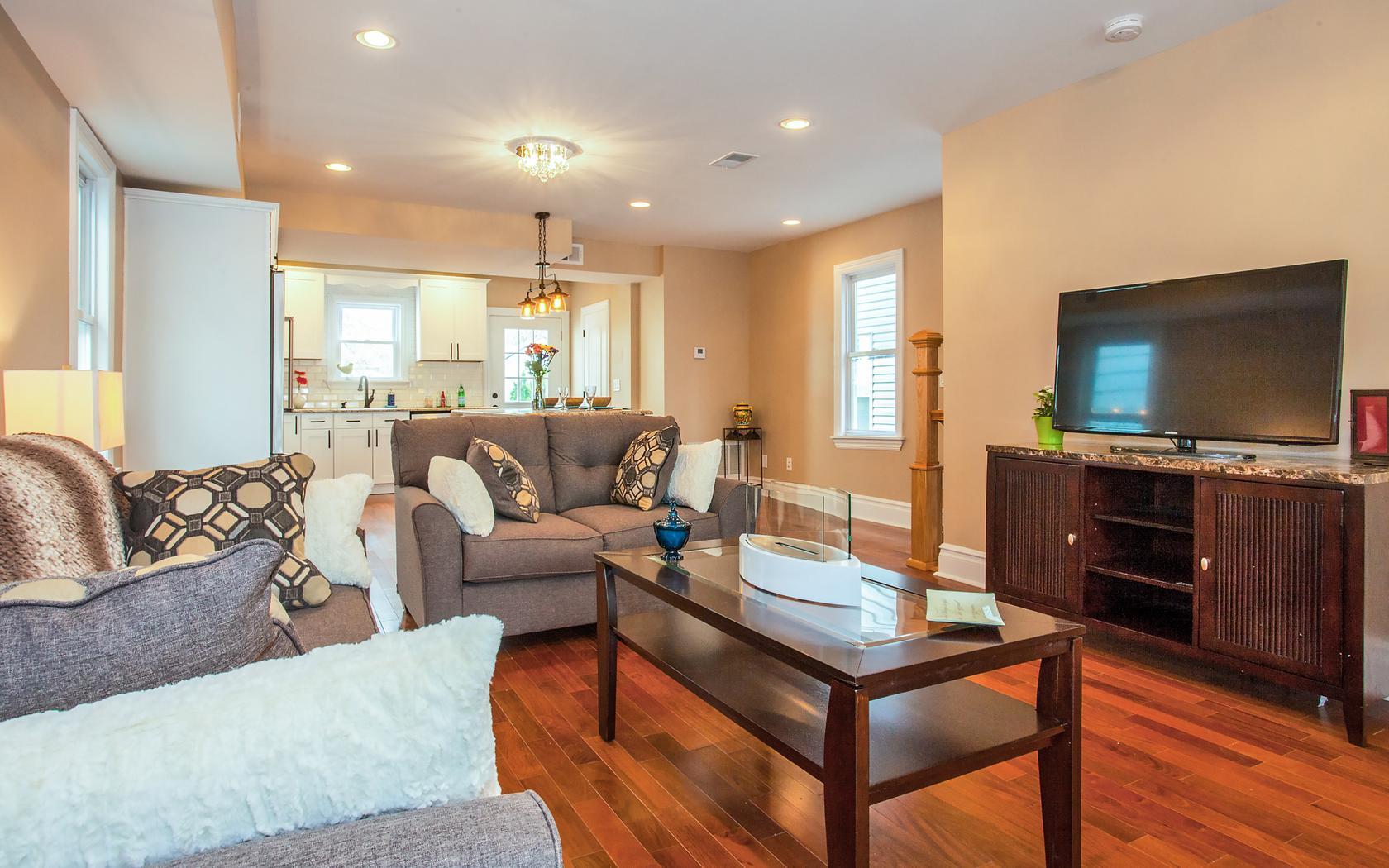 独户住宅 为 销售 在 Gorgeous newly renovated Three bedroom, Three and a half bath!! 31 West 41st Street Bayonne, 新泽西州 07002 美国