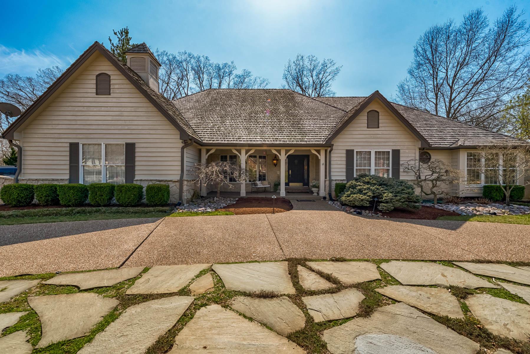 Casa para uma família para Venda às Hickory Dr 2136 Hickory Dr Chesterfield, Missouri, 63005 Estados Unidos