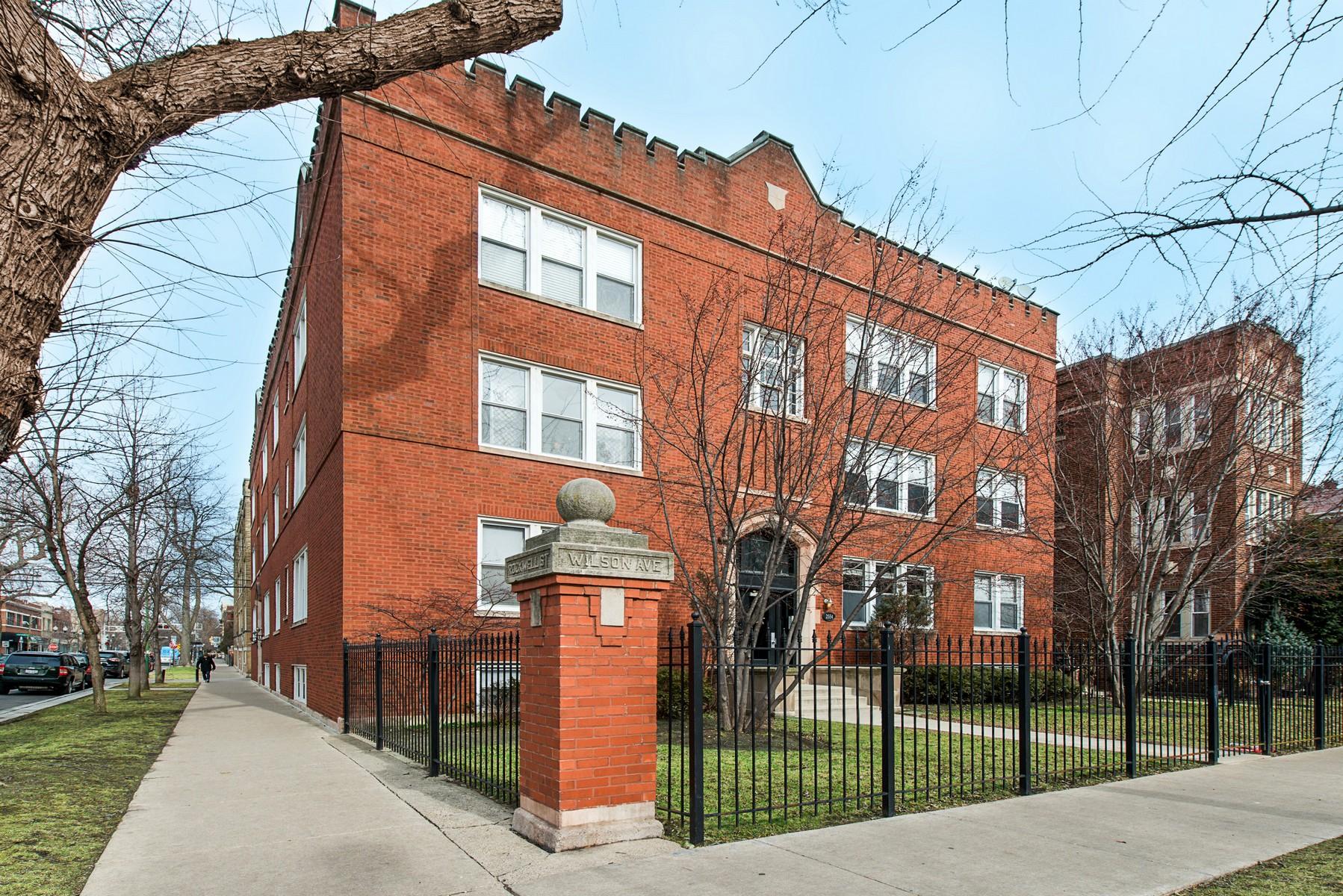Appartement en copropriété pour l Vente à Stunning Condo 2554 W Wilson Avenue Unit 1 Chicago, Illinois, 60625 États-Unis