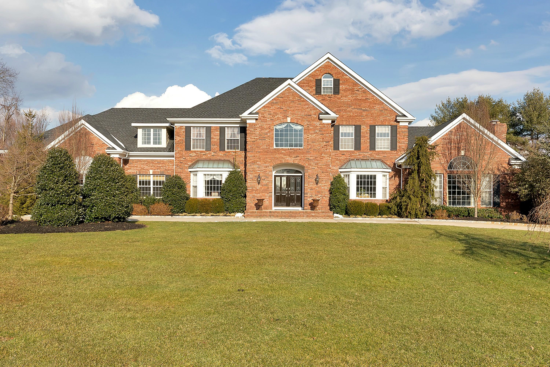 Частный односемейный дом для того Продажа на Warm and Welcoming Colonial 2 Bowling Green Colts Neck, Нью-Джерси 07722 Соединенные Штаты