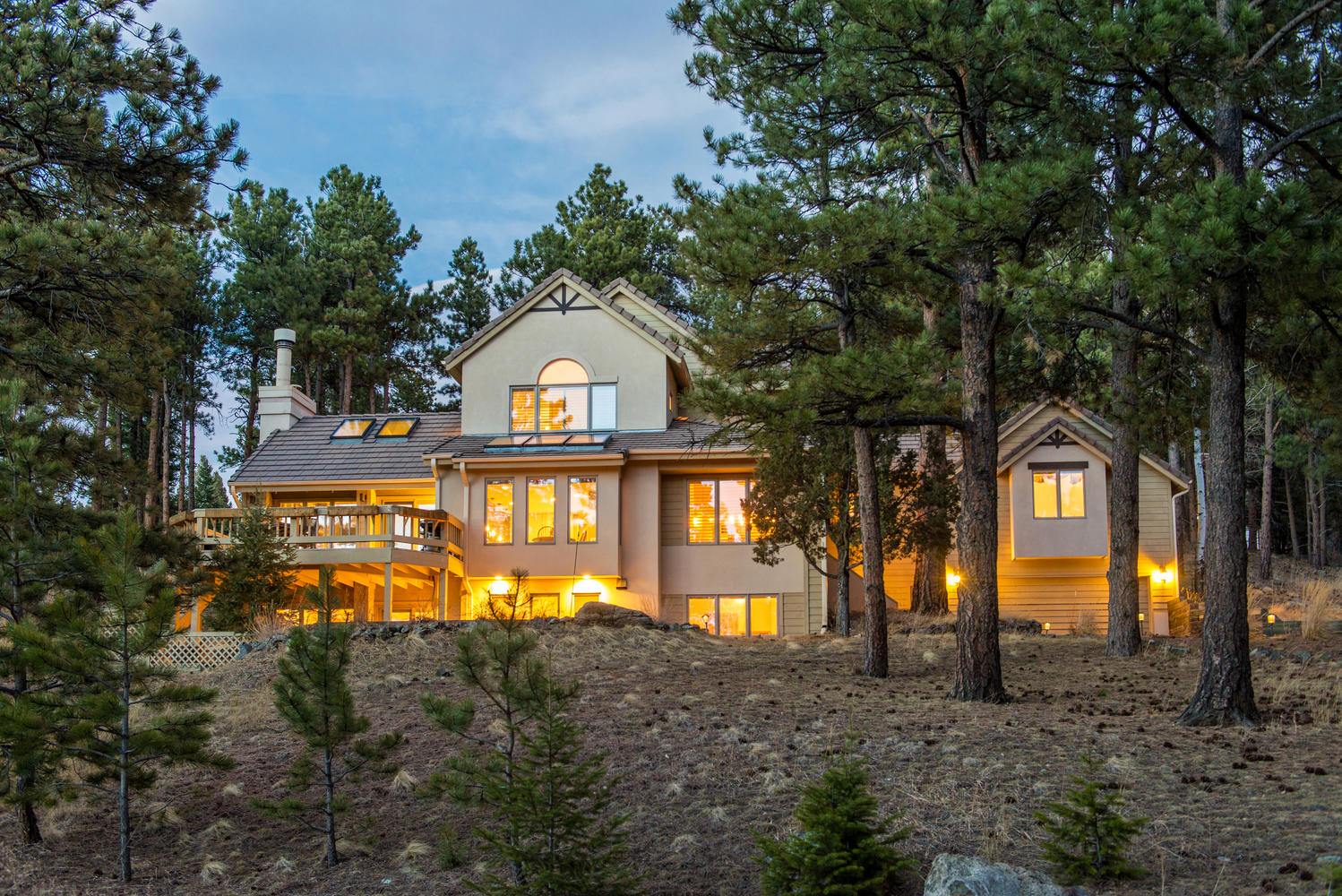 Casa Unifamiliar por un Venta en Quiet Setting with Snow Capped Mountain Views 978 Northridge Drive Golden, Colorado 80401 Estados Unidos