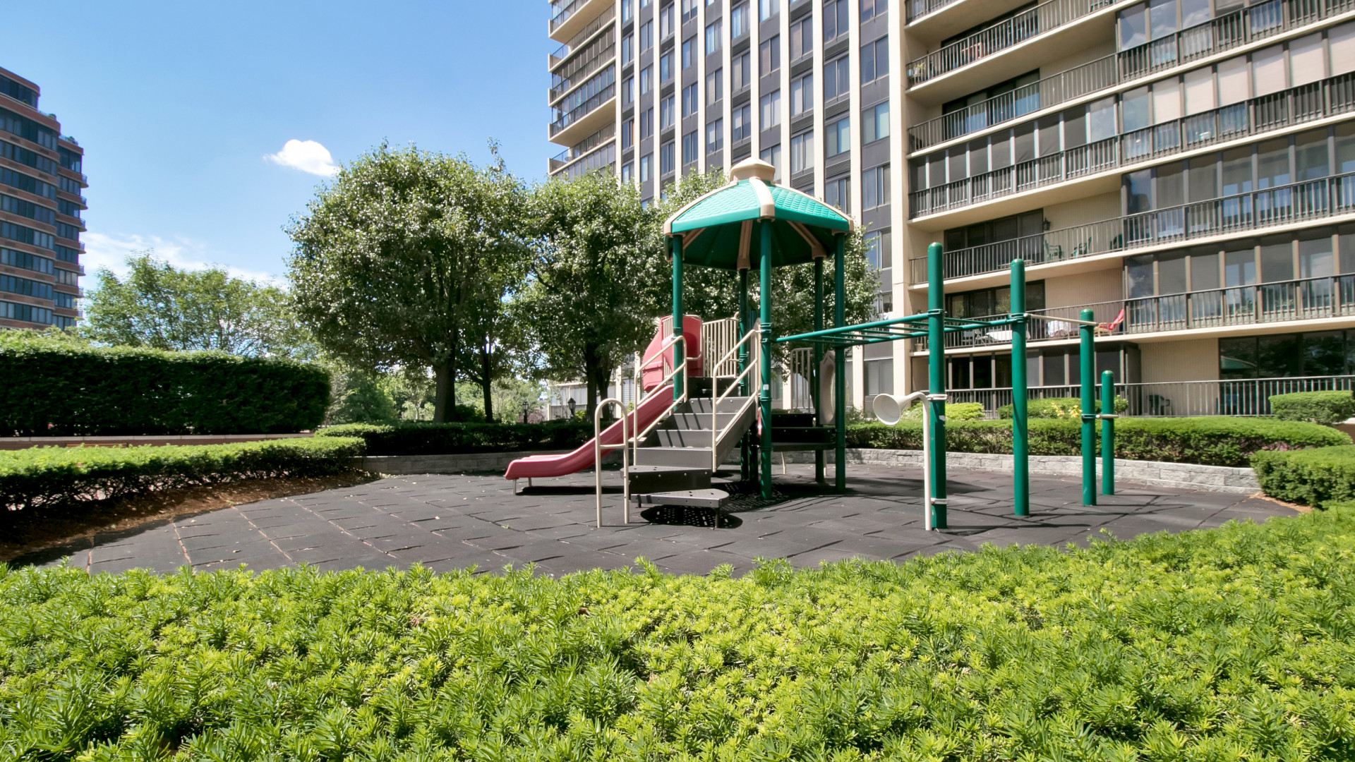 Condominium for Sale at Carlyle Towers Beauty! 100 Winston Drive 11ES Cliffside Park, New Jersey 07010 United States