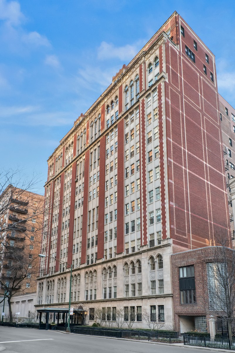 Condominio per Vendita alle ore Jaw Dropping Renovation 1320 N State Parkway Unit 11A Chicago, Illinois, 60610 Stati Uniti