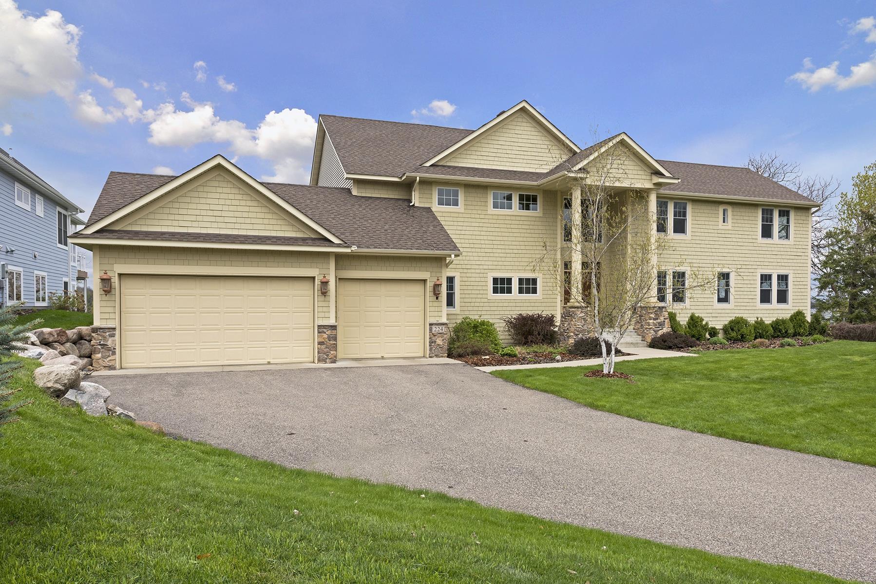 Casa para uma família para Venda às 224 E Lake St 224 E. Lake Street Waconia, Minnesota, 55387 Estados Unidos