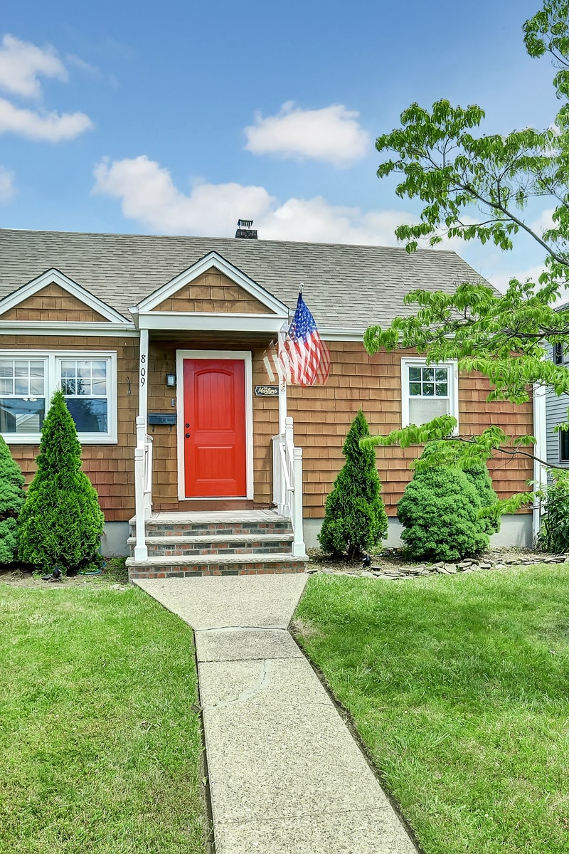 Casa Unifamiliar por un Venta en A Well Maintained Two Bedroom Ranch Home. 8-09 Chester St Fair Lawn, Nueva Jersey 07410 Estados Unidos