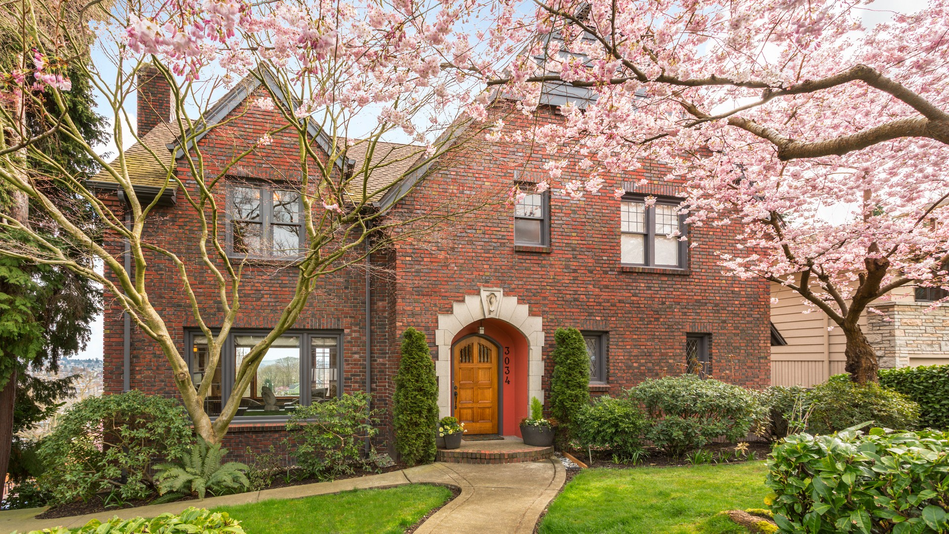 Частный односемейный дом для того Продажа на Queen Anne Tudor 3034 10th Ave W Queen Anne, Seattle, Вашингтон, 98119 Соединенные Штаты