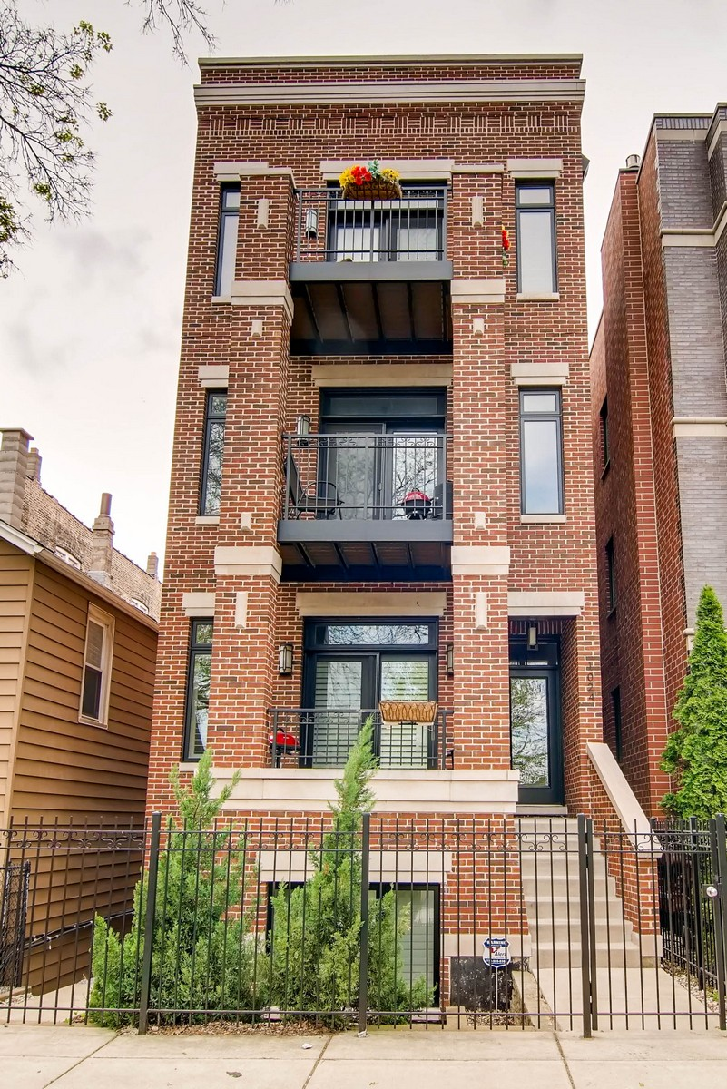 Condominio per Vendita alle ore Fantastic Newer Condo in Tri-Taylor 1024 S May Street Unit 2 Chicago, Illinois, 60607 Stati Uniti