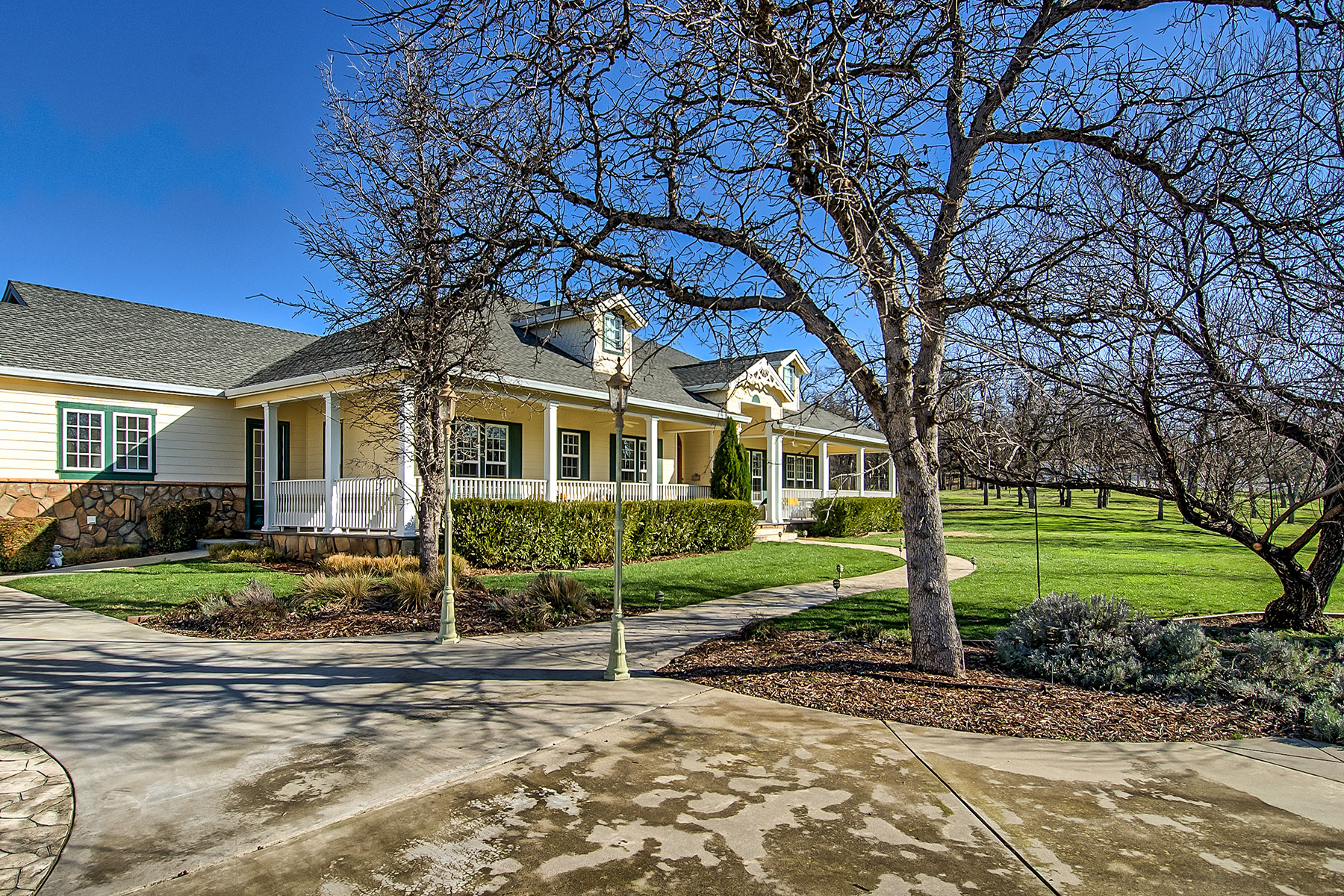Single Family Home for Sale at Country Estate in North East Redding 13424 Lark Court Redding, California 96003 United States
