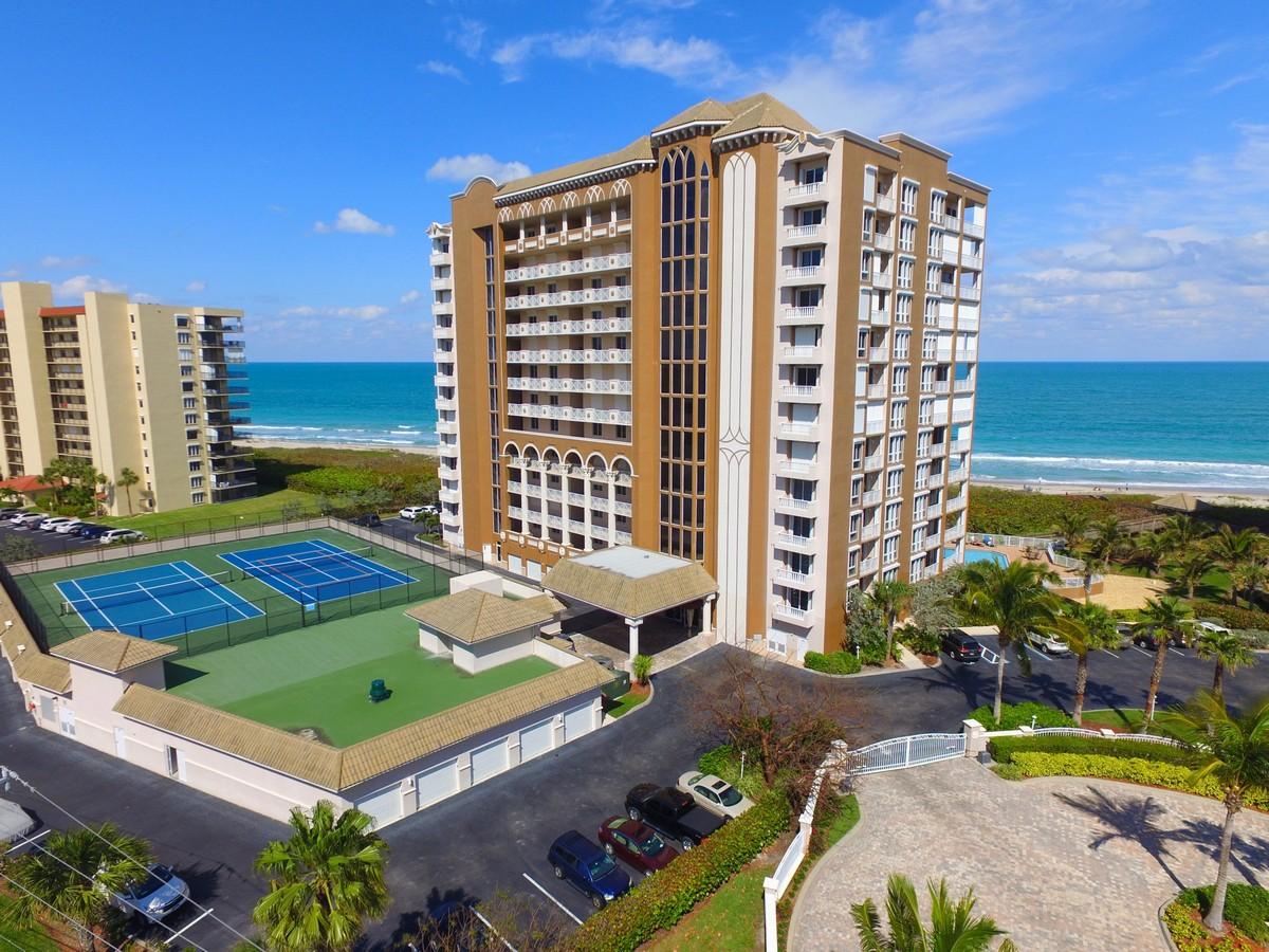 Copropriété pour l Vente à Oceanfront Condo 4160 N Highway A1A #1003A Fort Pierce, Florida, 34949 États-Unis