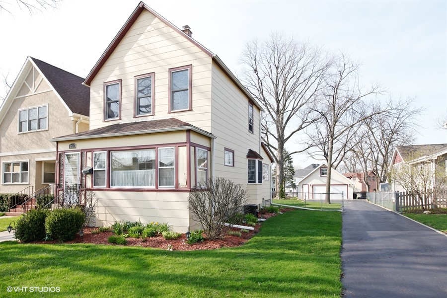 Частный односемейный дом для того Продажа на 251 E. Third Elmhurst, Иллинойс, 60126 Соединенные Штаты
