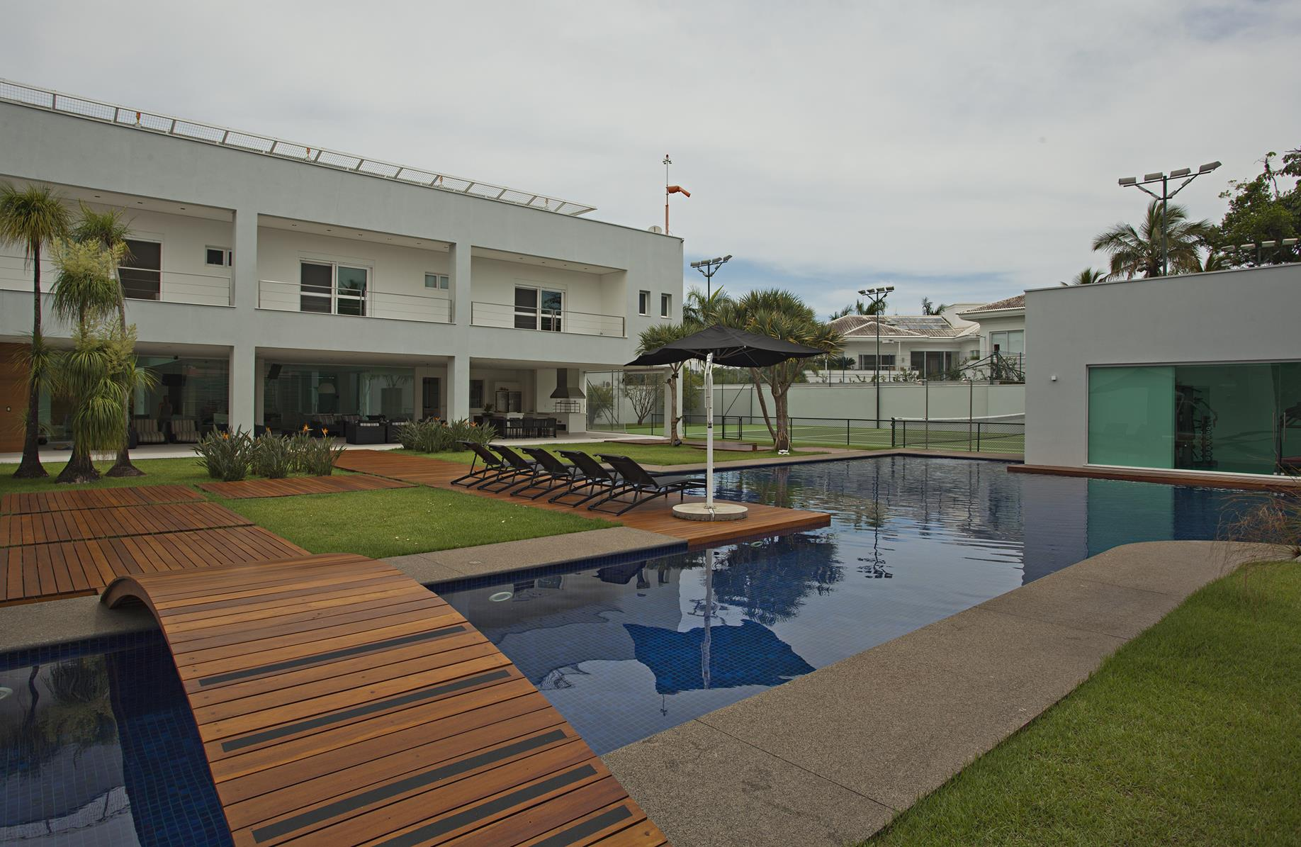 獨棟家庭住宅 為 出售 在 Luxurious House with a Helipad Avenida Albino dos Santos Gandares Guaruja, 聖保羅, 11445-570 巴西