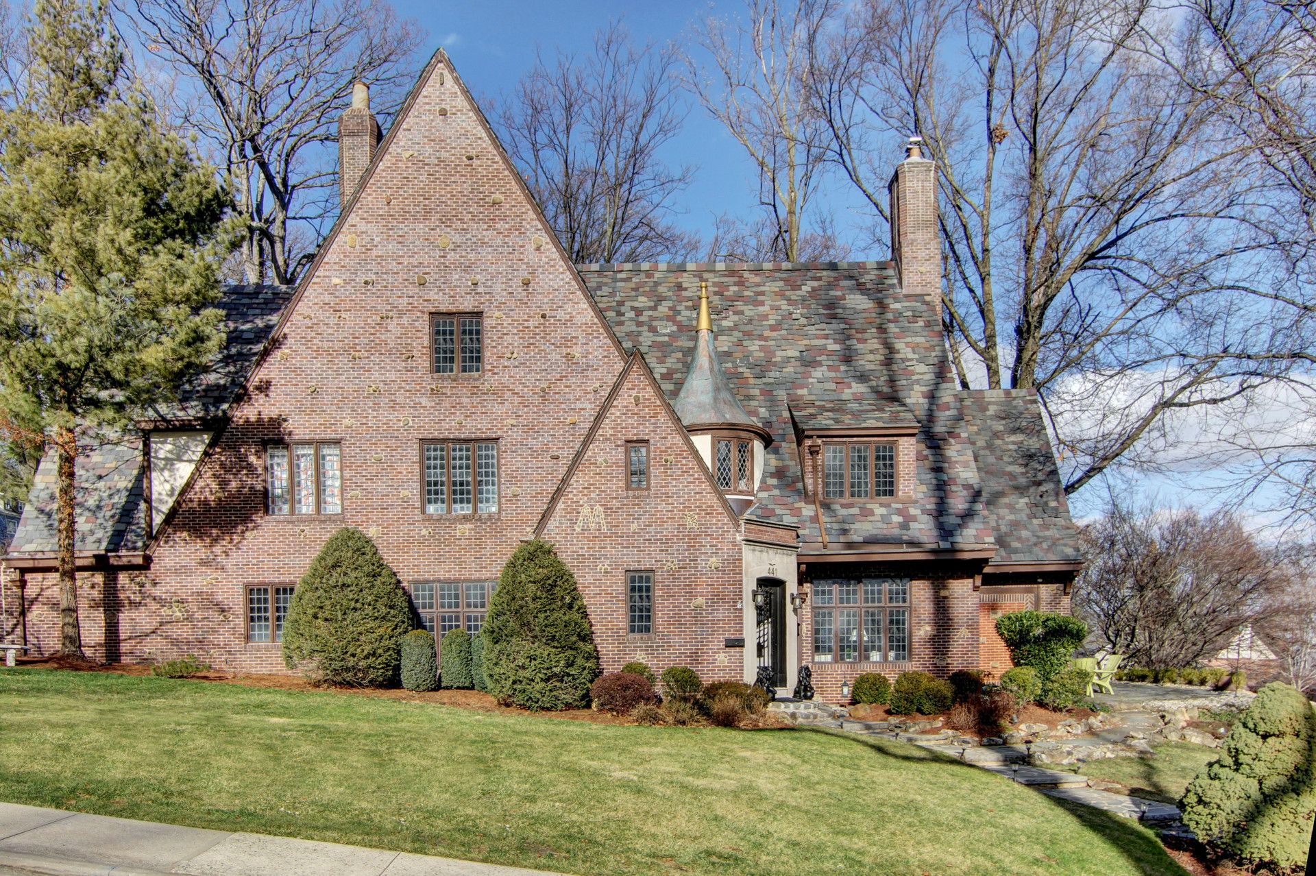 Частный односемейный дом для того Продажа на Stately Tudor 441 Overhill Rd South Orange, Нью-Джерси 07079 Соединенные Штаты