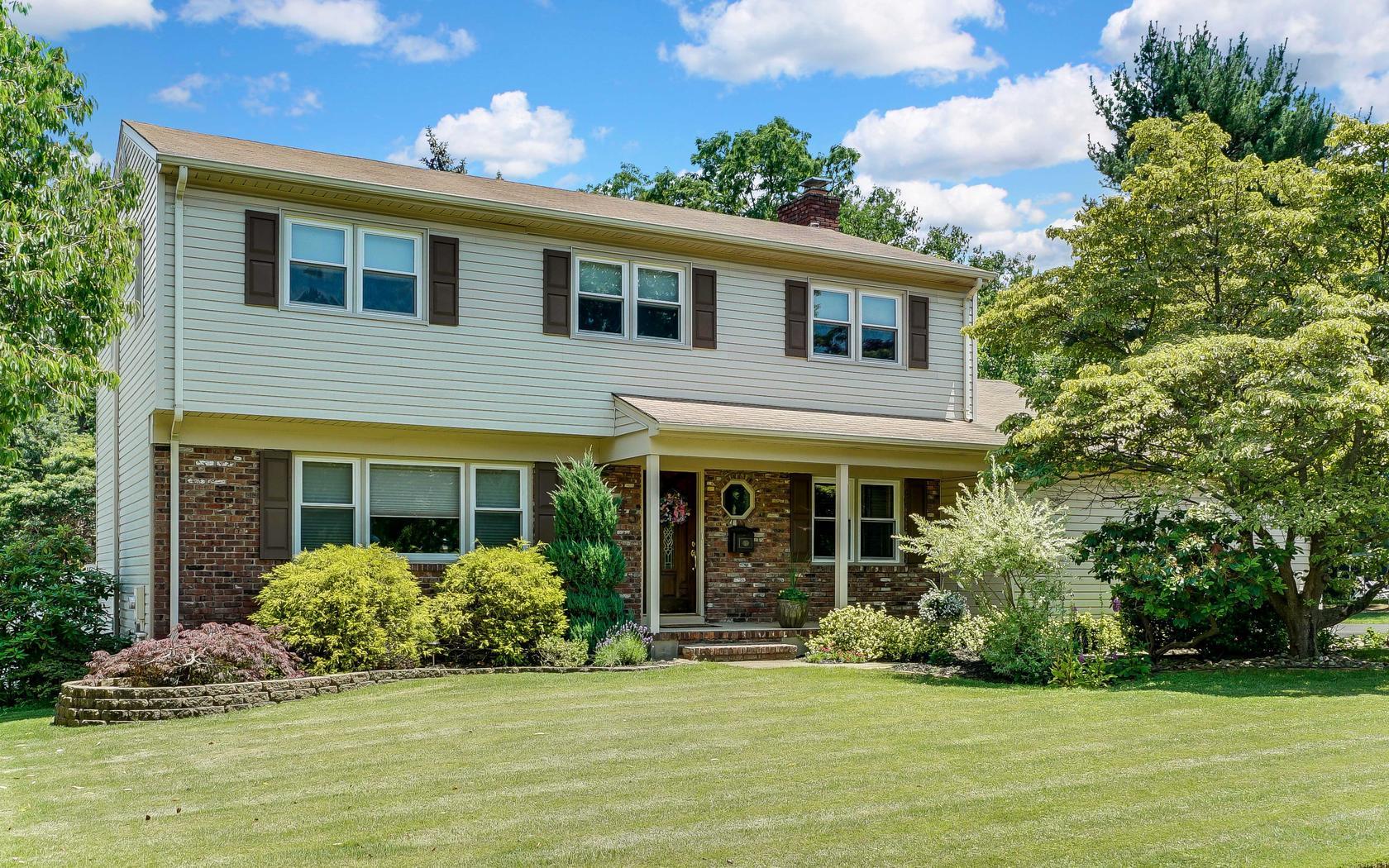 Nhà ở một gia đình vì Bán tại Beautiful Colonial in Oakhurst! 45 Heath Avenue Ocean, New Jersey 07755 Hoa Kỳ