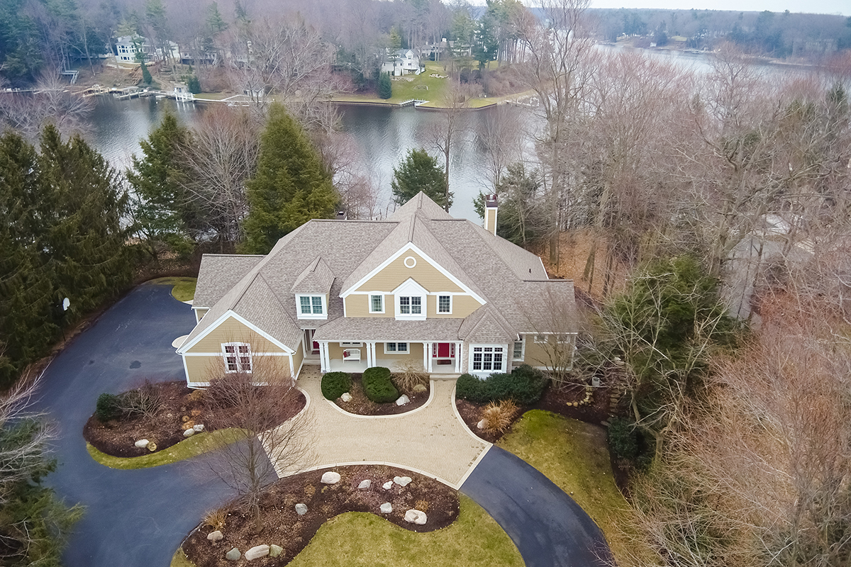 Maison unifamiliale pour l Vente à Stately and Sophisticated Estate 19046 Rosemary Road Spring Lake, Michigan, 49456 États-Unis