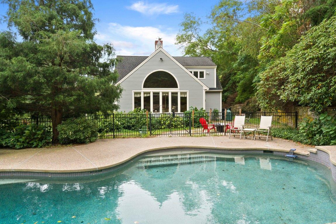 Maison unifamiliale pour l Vente à Standish Shore Colonial 232 Standish Street Duxbury, Massachusetts, 02332 États-Unis