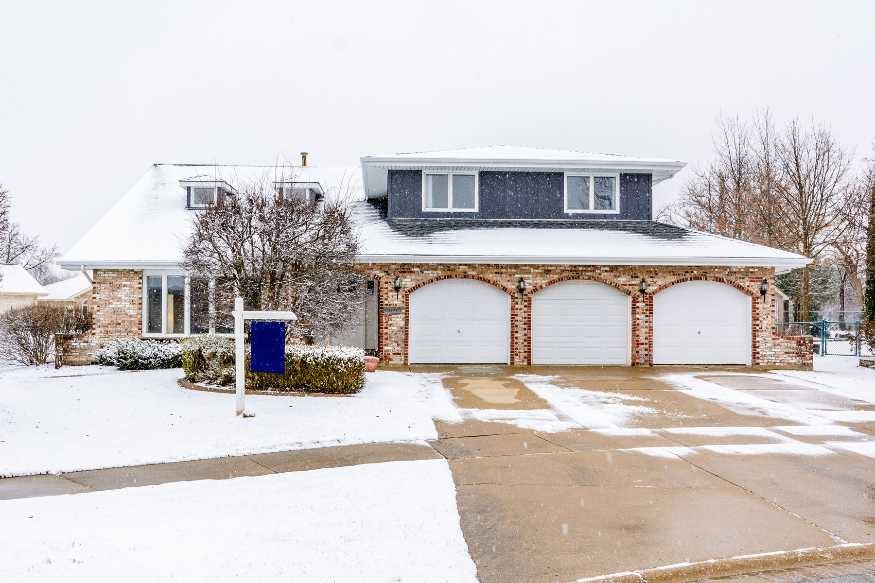 Single Family Home for Sale at Beautiful Cul-de-sac Home 11734 Ballinary Court Orland Park, Illinois, 60467 United States