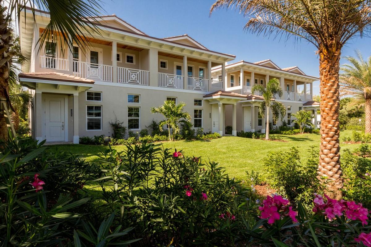 Casa unifamiliar adosada (Townhouse) por un Venta en Gorgeous Central Beach Town Home 3577 Ocean Drive Vero Beach, Florida, 32963 Estados Unidos