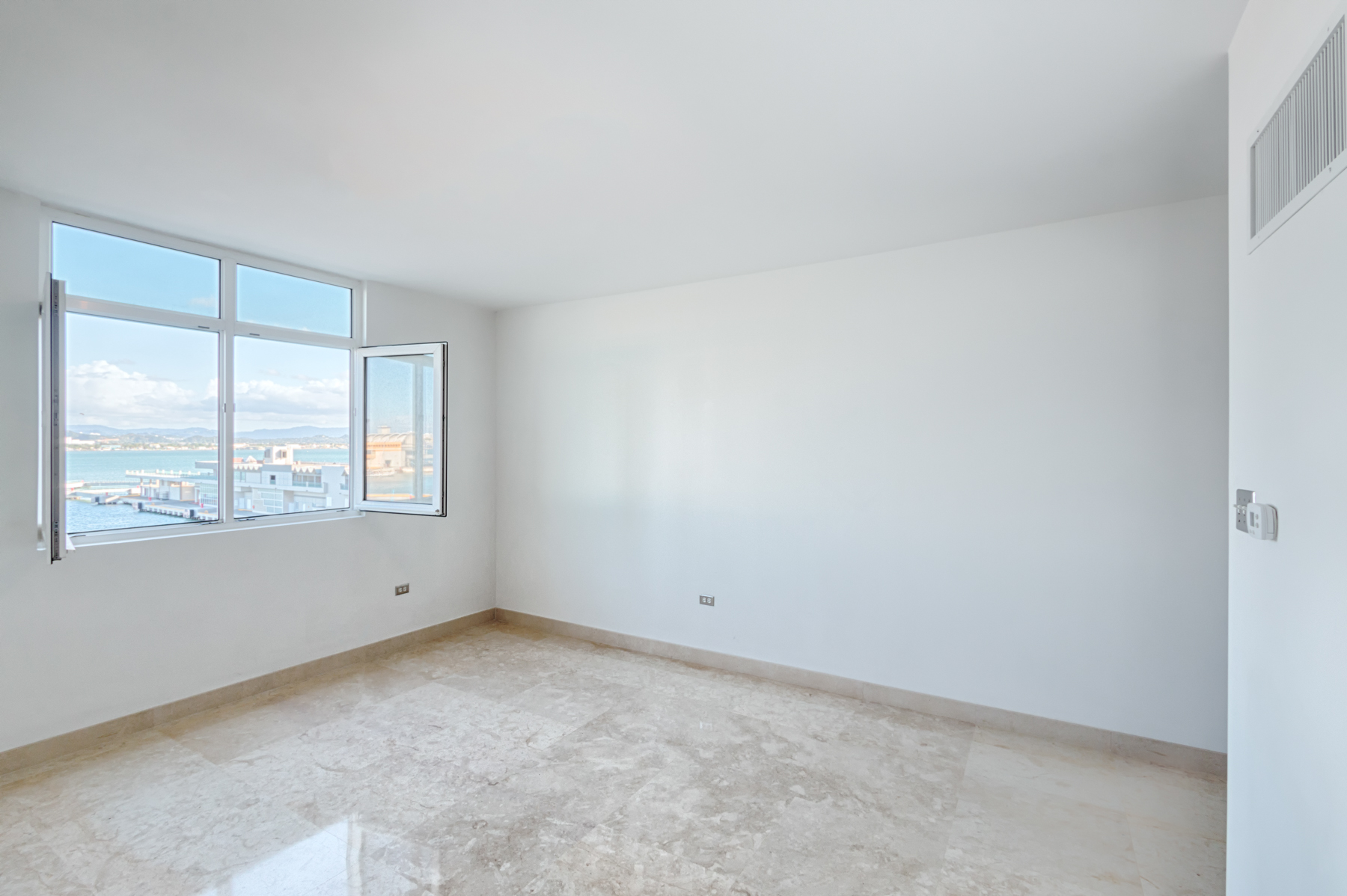 Additional photo for property listing at Modern Harbor View Flat in Old San Juan 105 Paseo Gilberto Concepcion de Gracia, Apt 502 Harbor Plaza San Juan, Puerto Rico 00901 Puerto Rico