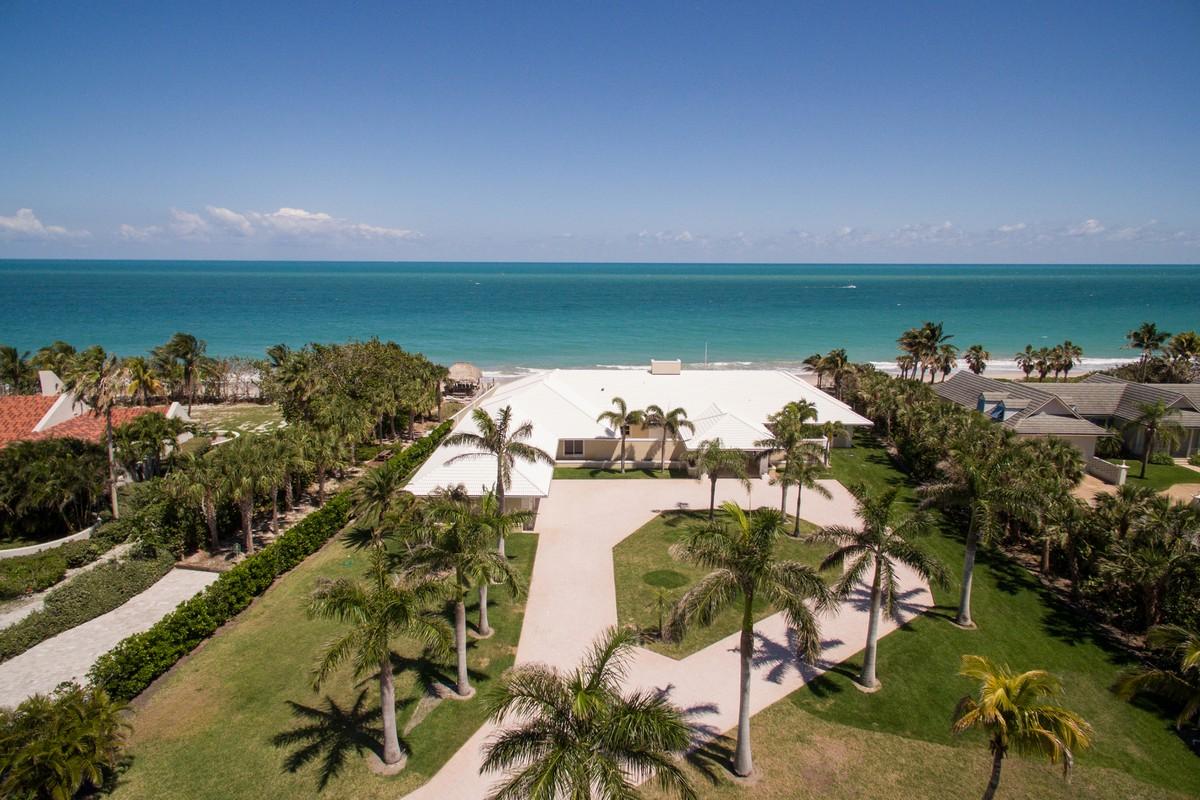Maison unifamiliale pour l Vente à Oceanfront Entertaining at its Finest 2135 N Porpoise Point Lane Vero Beach, Florida, 32963 États-Unis