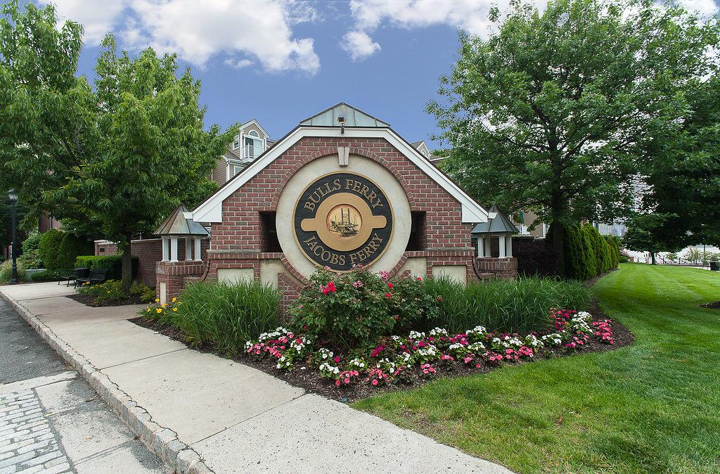 Appartement en copropriété pour l Vente à Best Location 492 Fulton Court #492 West New York, New Jersey 07093 États-Unis
