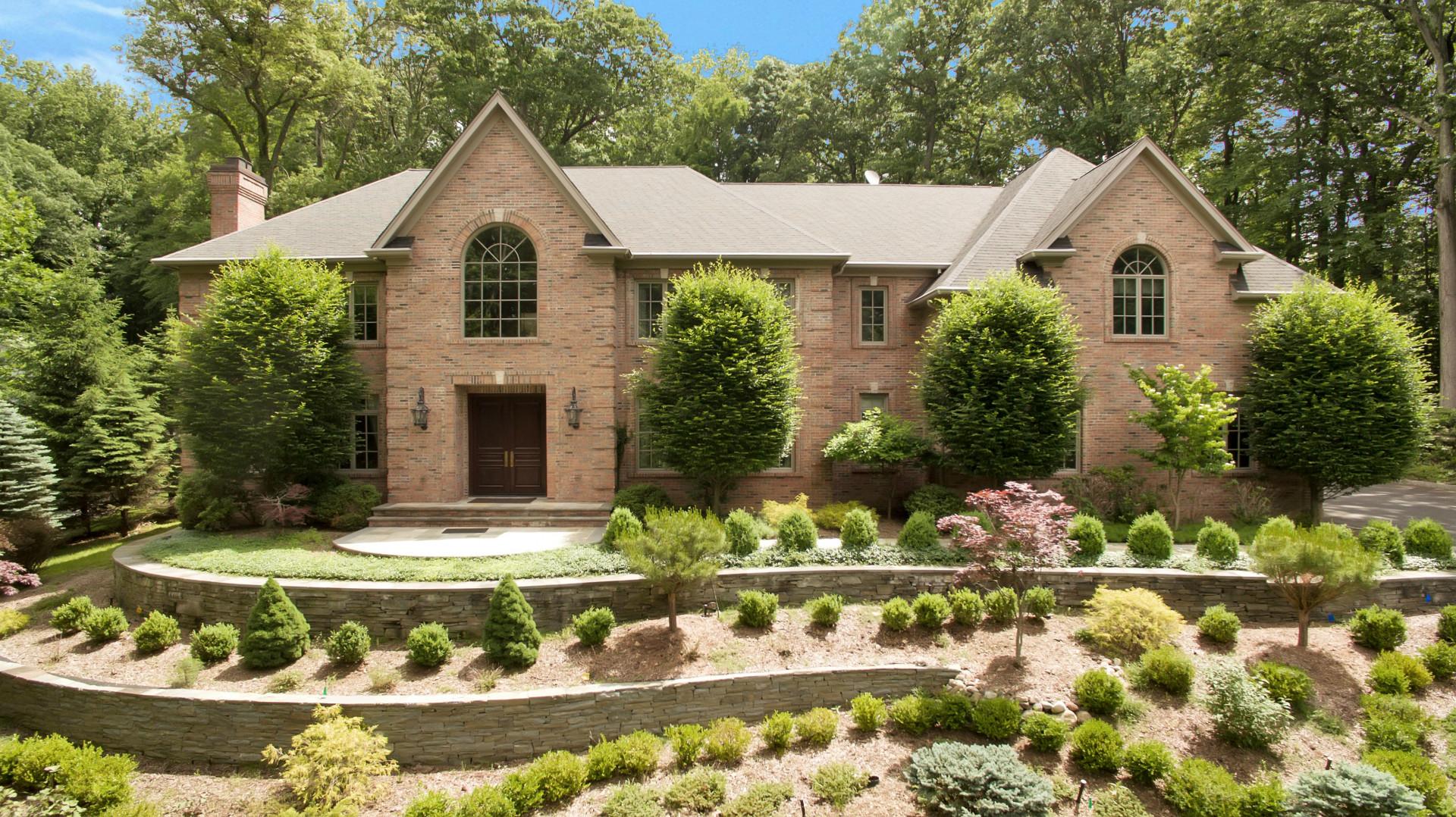 Villa per Vendita alle ore Hilltop Brick Manor 26 Fox Hedge Road Saddle River, New Jersey, 07458 Stati Uniti