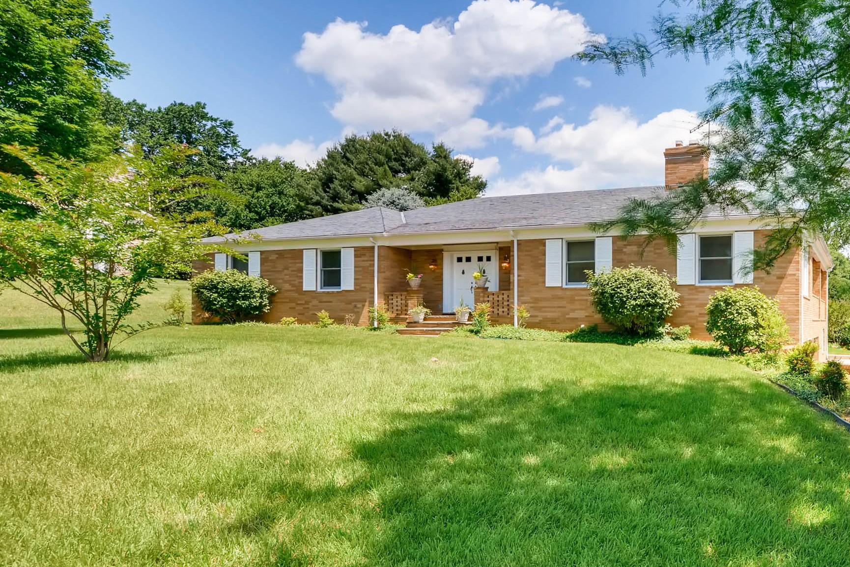 Частный односемейный дом для того Продажа на 306 Lohview Terrace 306 Lochview Terrace Lutherville Timonium, Мэриленд 21093 Соединенные Штаты