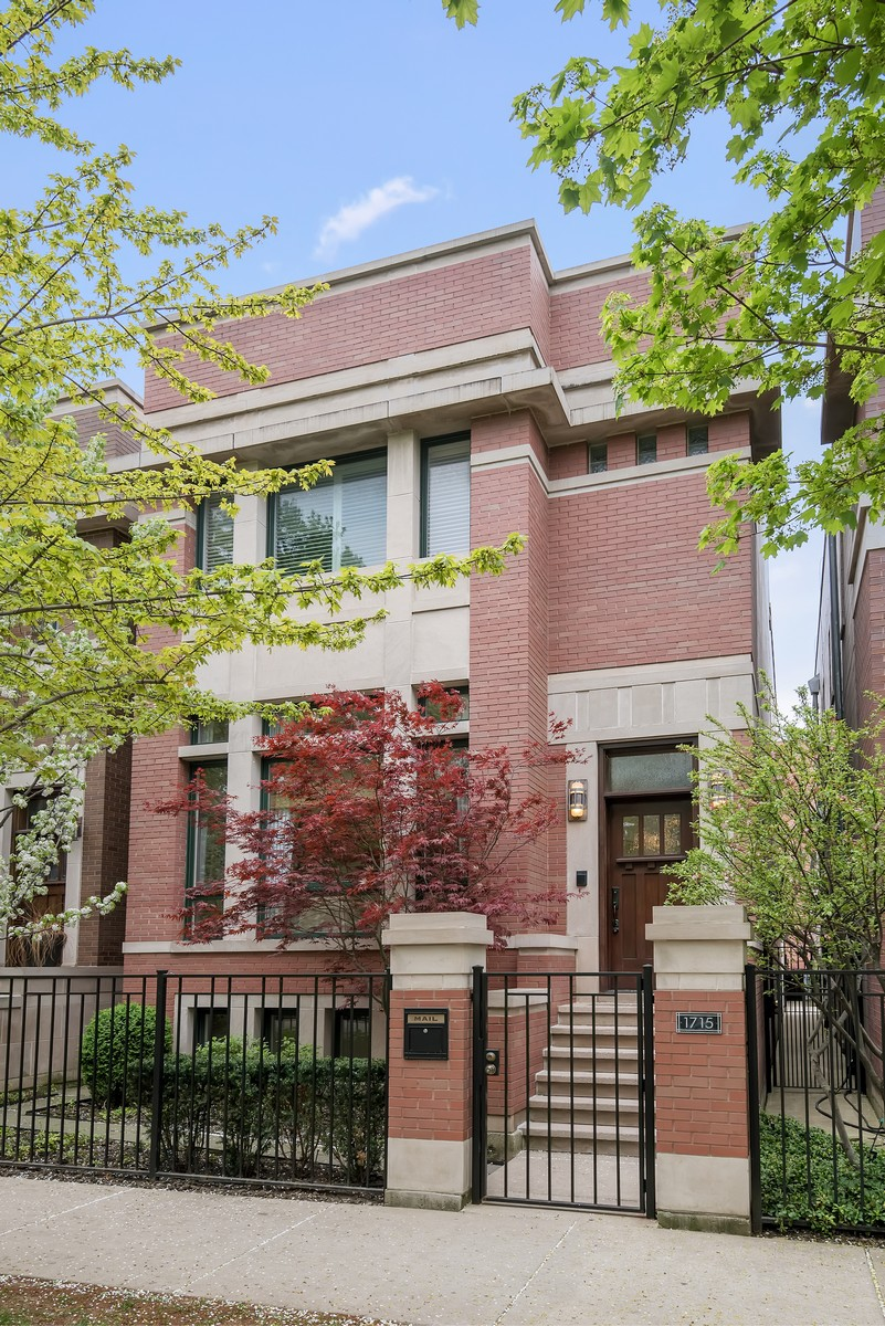Maison unifamiliale pour l Vente à Huge Single Family Home 1715 W Wellington Avenue Chicago, Illinois, 60657 États-Unis