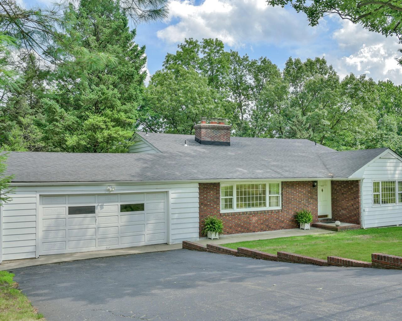 Maison unifamiliale pour l Vente à Spacious Custom Built Split 619 Highland Avenue Little Falls, New Jersey 07424 États-Unis