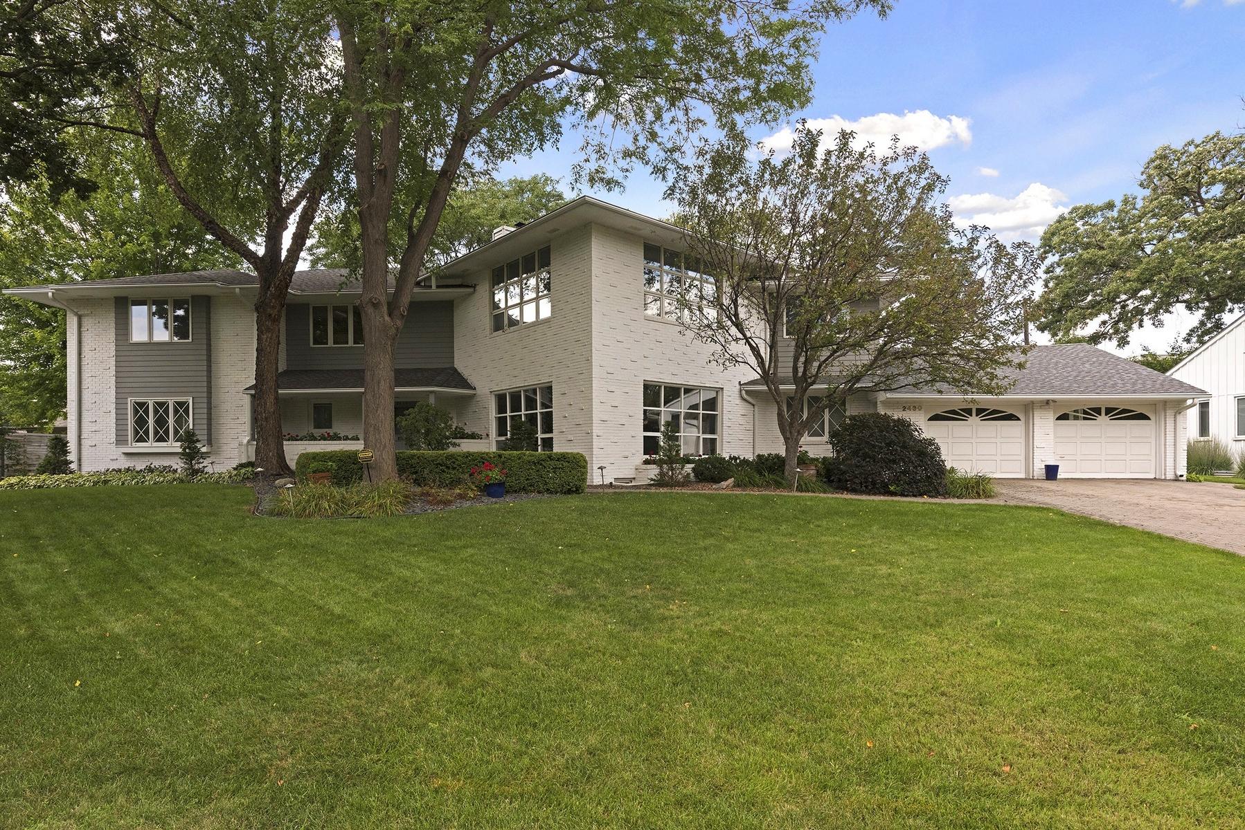 独户住宅 为 销售 在 2430 Cedar Shore Drive 明尼阿波利斯市, 明尼苏达州, 55416 美国
