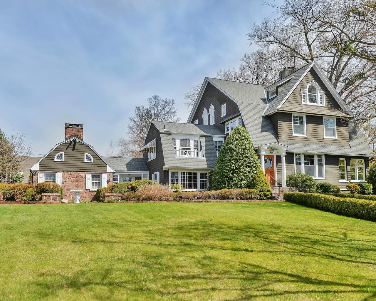 Vivienda unifamiliar por un Venta en Unique Estate with 3 distinct living spaces 79 Hawthorne Place Montclair, Nueva Jersey, 07042 Estados Unidos